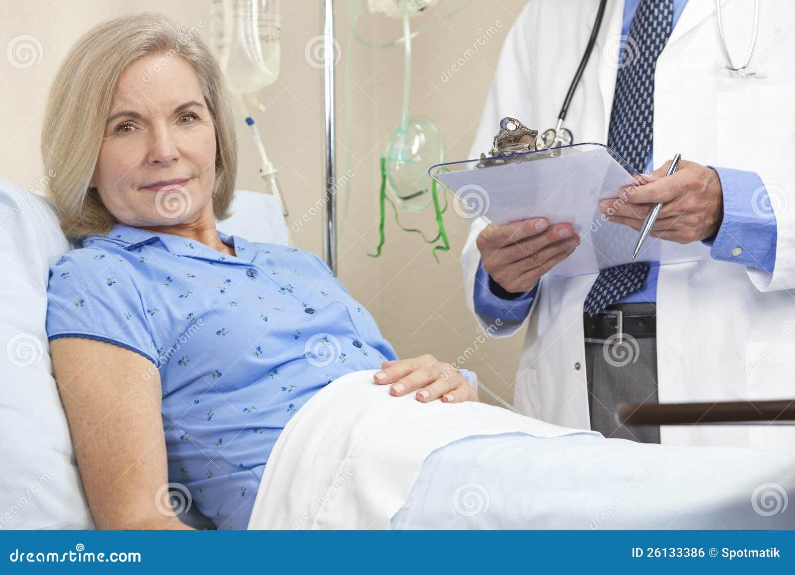 Paziente femminile maggiore della donna nel letto di - Ragazze nel letto ...
