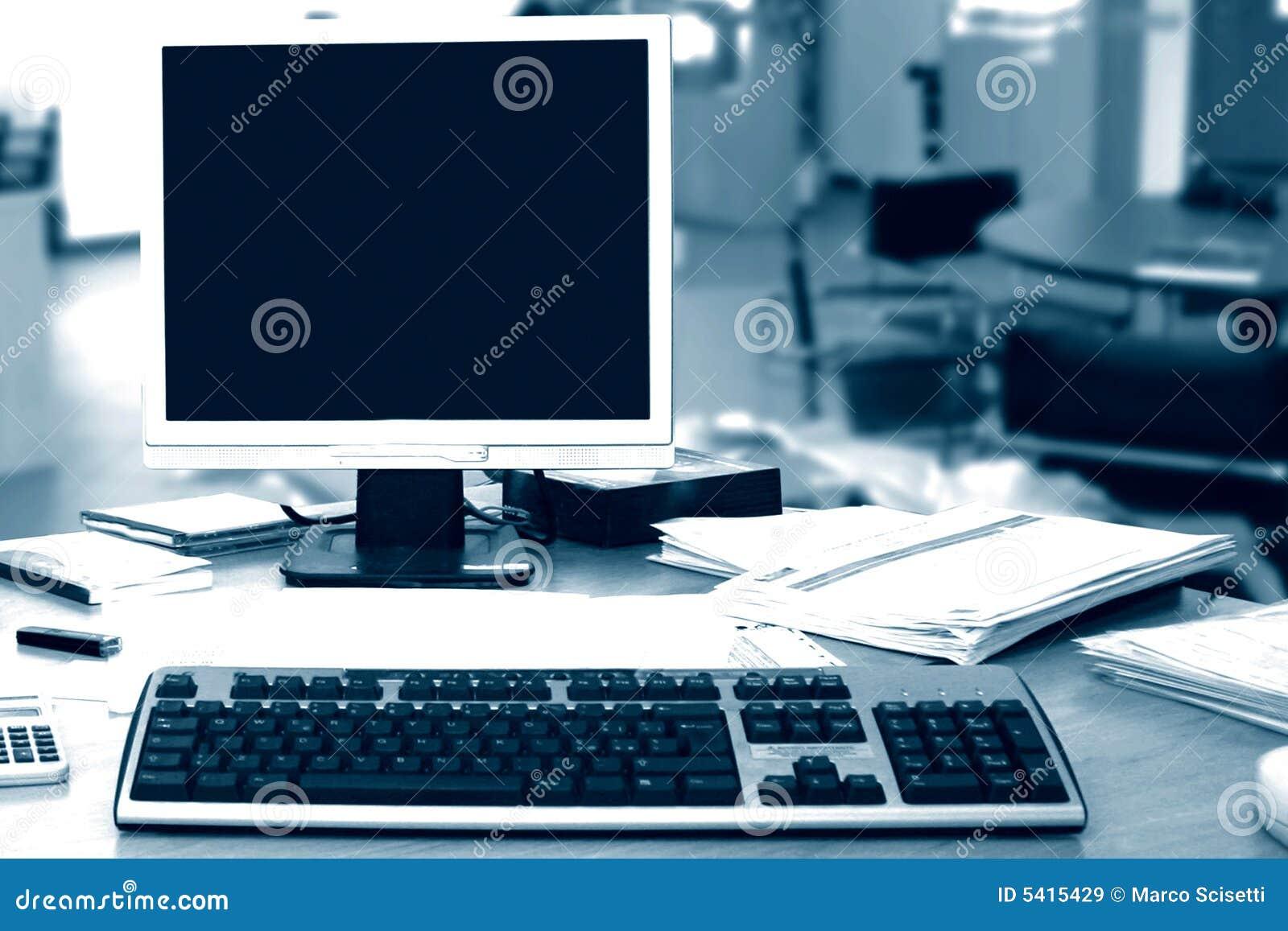 Pc dans le bureau image stock. image du internet digital 5415429