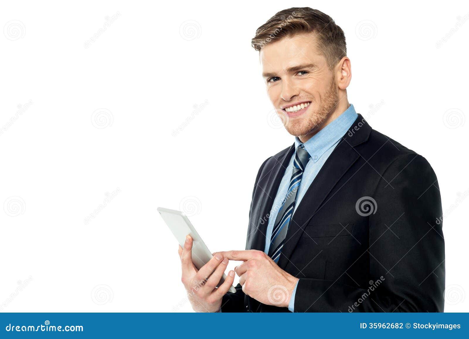 PC de la tableta del funcionamiento del hombre de negocios