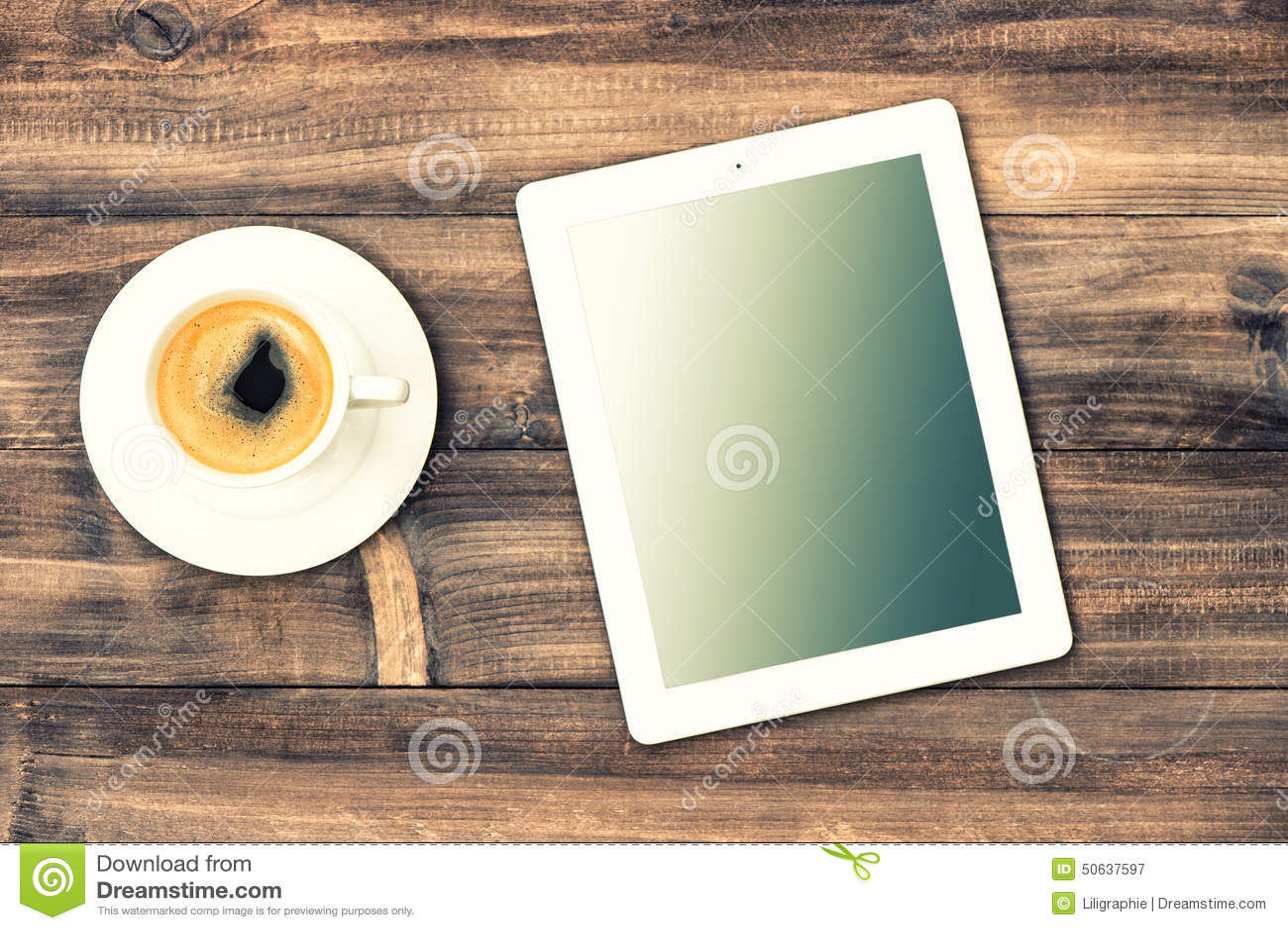 Pc et café de tablette sur le bureau en bois le poste de travail