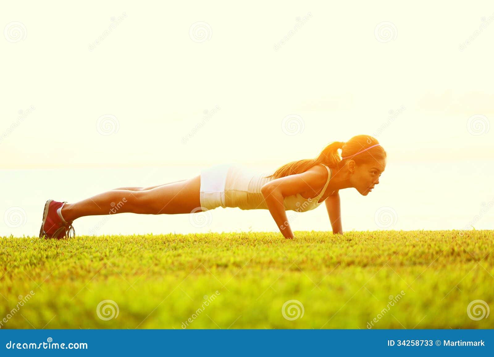 Pcha podnosi lub prasa podnosi ćwiczenie młodą kobietą