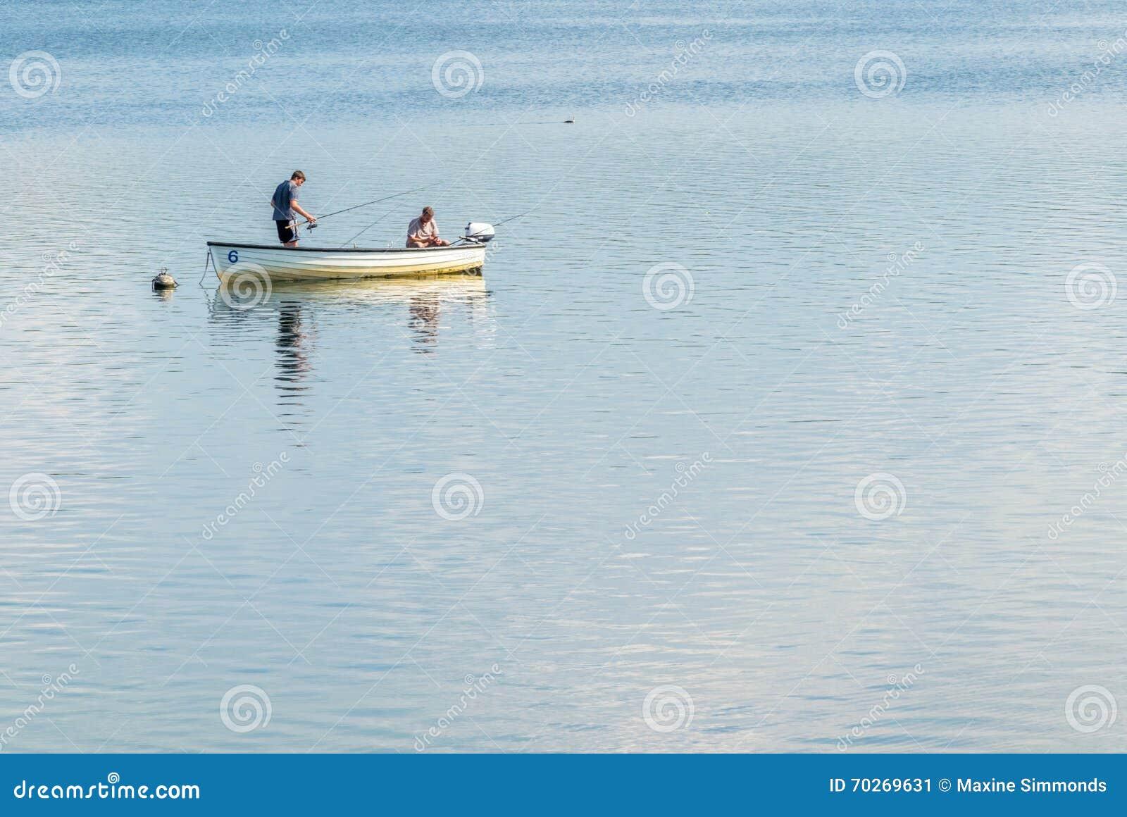 P che de truite dans un petit bateau photo ditorial for Dans un petit bateau