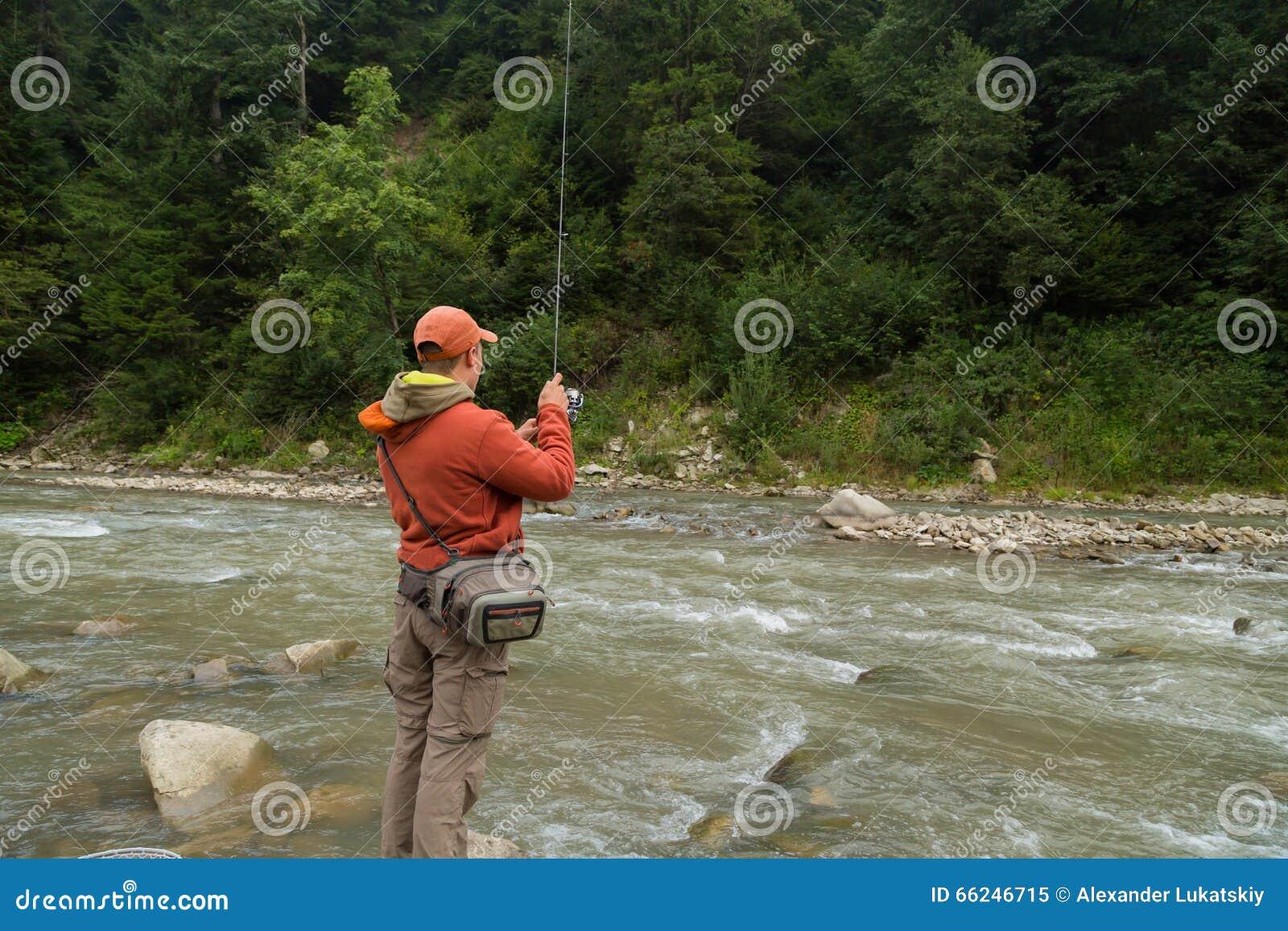 Jouer à la pêche la pêche russe sur le lac