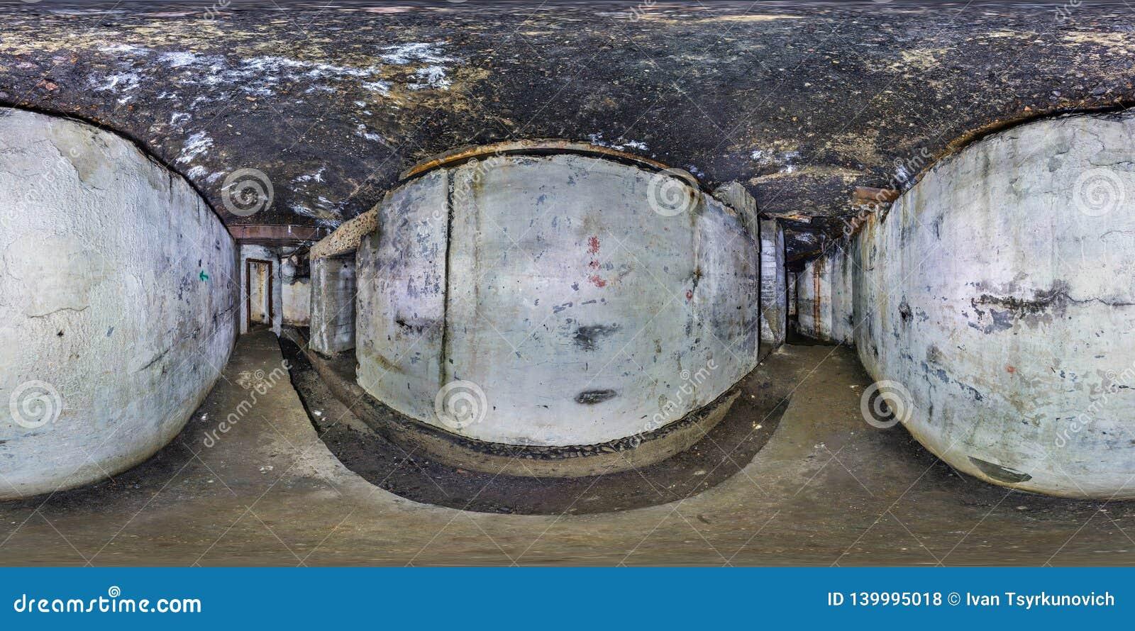 Pełna bezszwowa panorama 360 stopni kąta widoku wśrodku rujnującego zaniechanego militarnego podziemnego kazamata fortecy Pierwsz