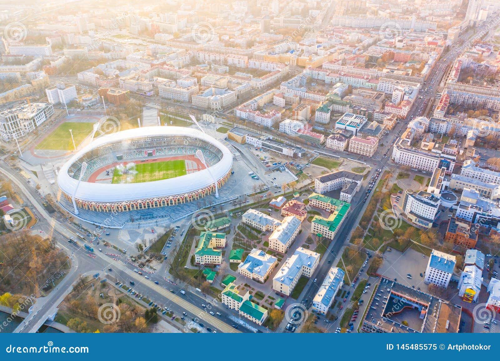 Peça central da cidade de Minsk iluminada com luz do sol Antena importante do estádio de Dinamo da arena de esporte