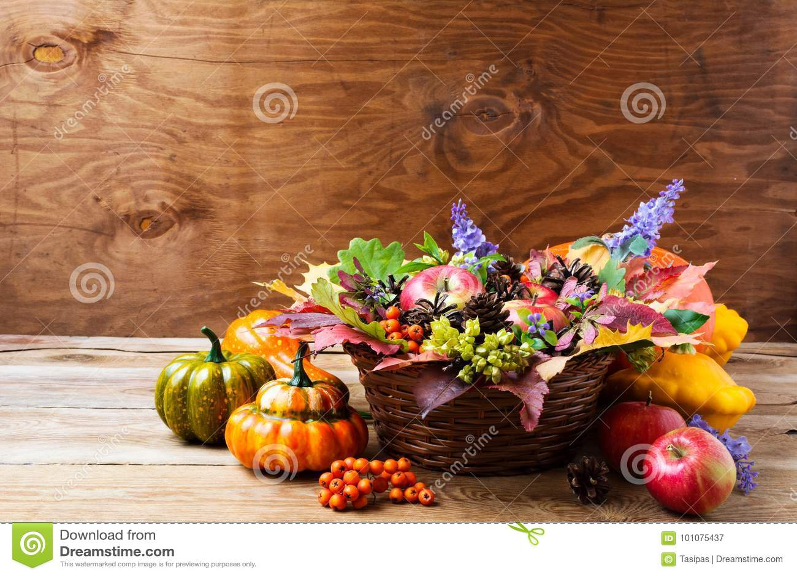 Peça central da tabela da cesta de vime da queda com flores azuis