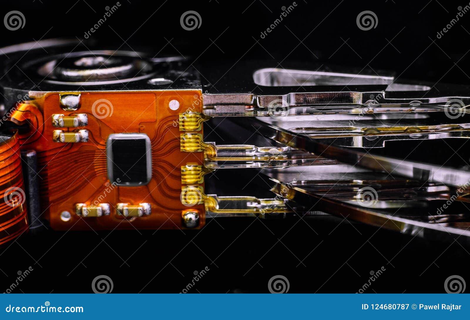 Peças eletrônicas e placas do interior da movimentação de disco rígido Reparo da eletrônica do computador