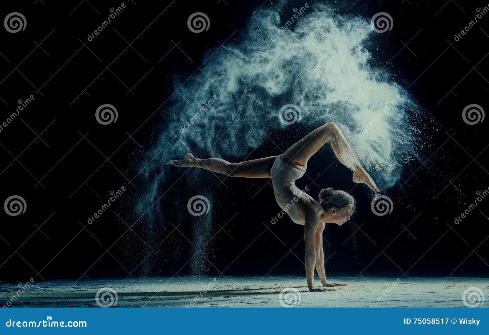 Pełen wdzięku kobieta taniec w chmurze pył