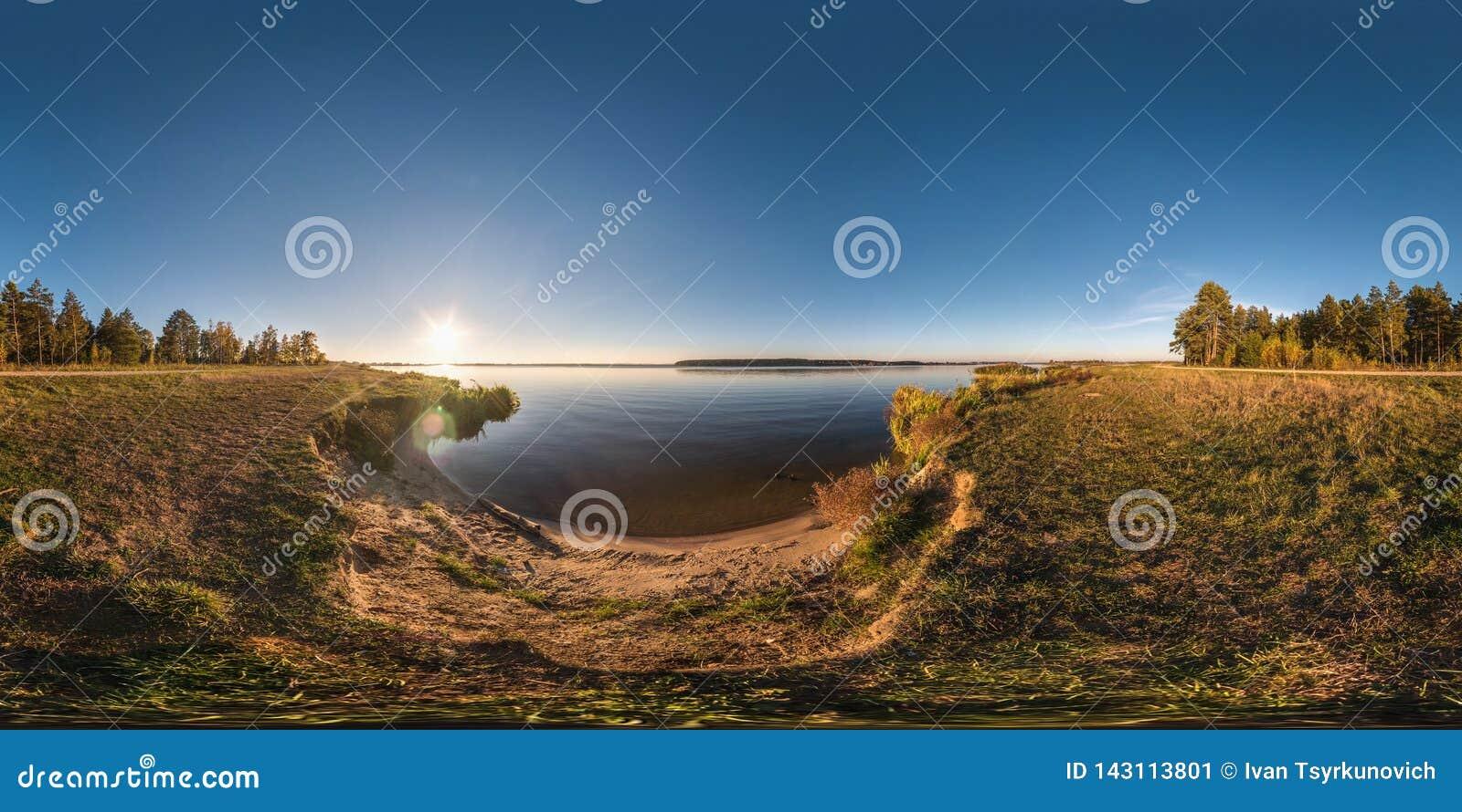 Pełna bezszwowa bańczasta sześcian panorama 360 stopni kąta widoku na brzeg szerokości rzeczny neman w pogodnym lato wieczór zmie