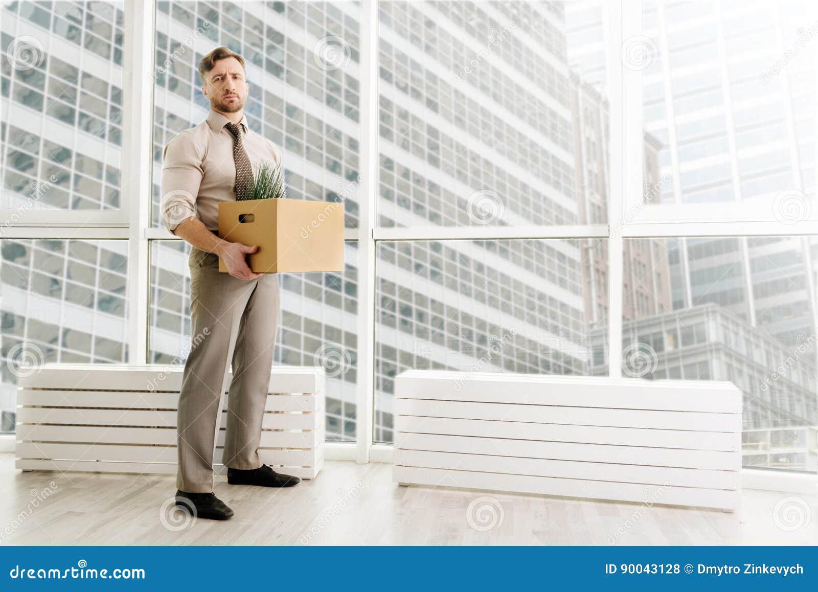 Pełna długość podpalająca urzędnik pozycja w biurze