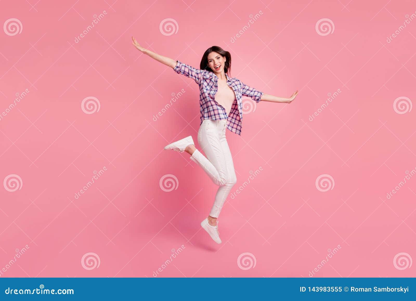 Pełna długości strony profilu ciała rozmiaru fotografia piękna ona dama skacze wysoko udaje lotniczego lot imaginacyjni skrzydła