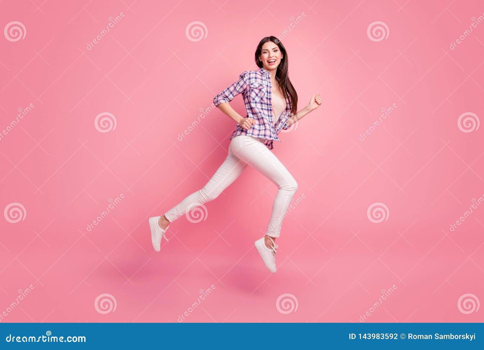 Pełna długości strony profilu ciała rozmiaru fotografia piękna ona modeluje damy skacze wysoko iść biegać sprzedaży odzieży dysko