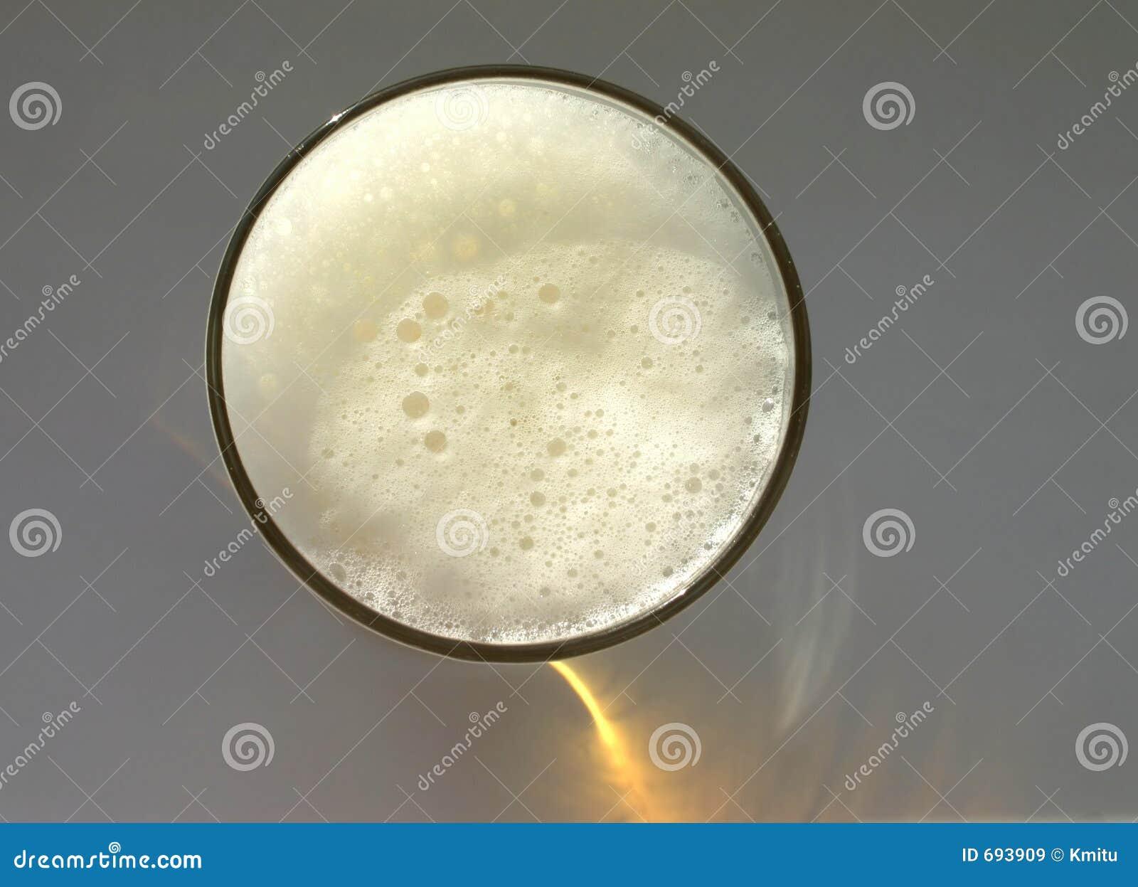 Pełne piwa szklany obove widok