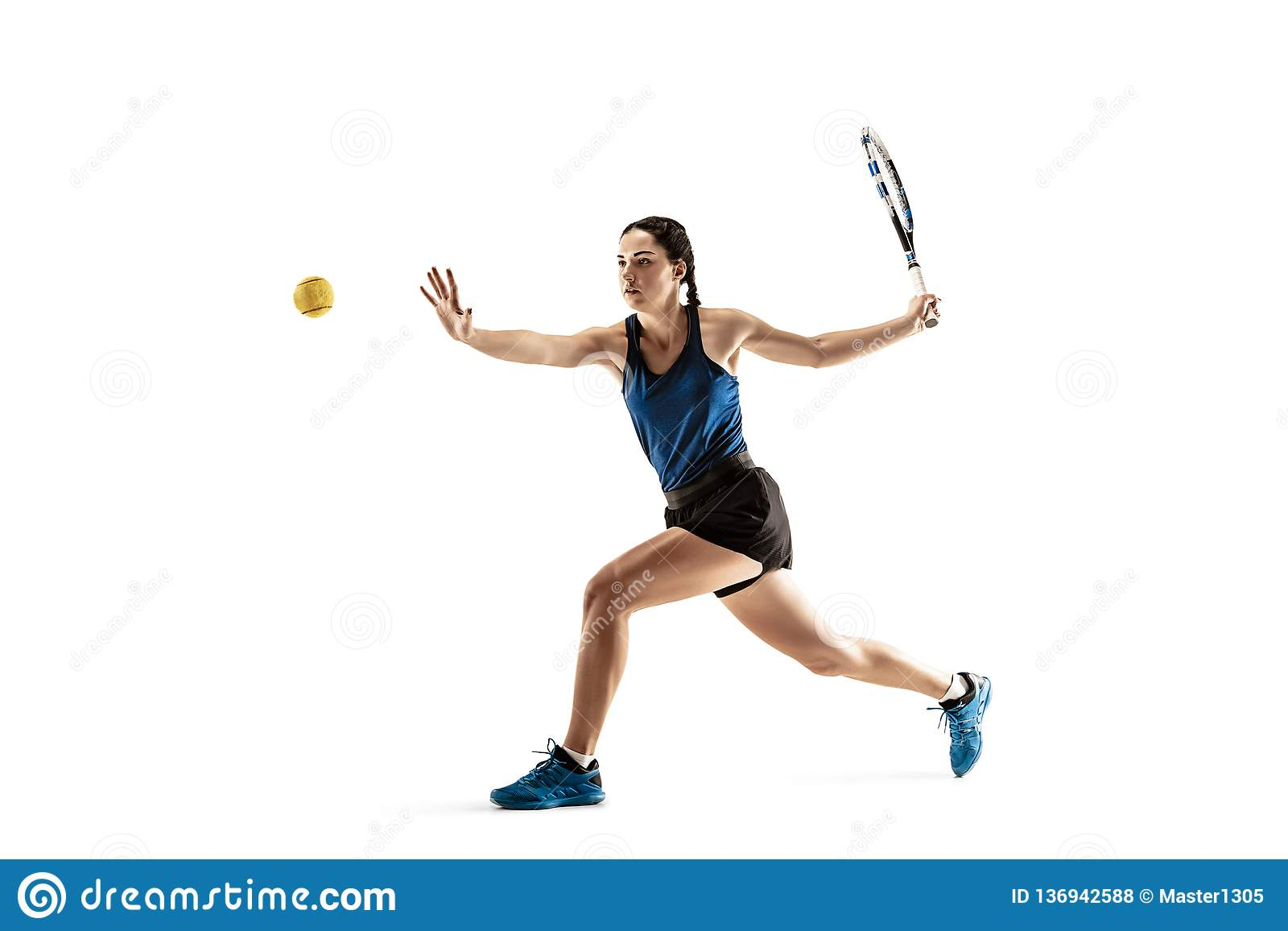 Pełny długość portret bawić się tenisa Odizolowywającego na białym tle młoda kobieta