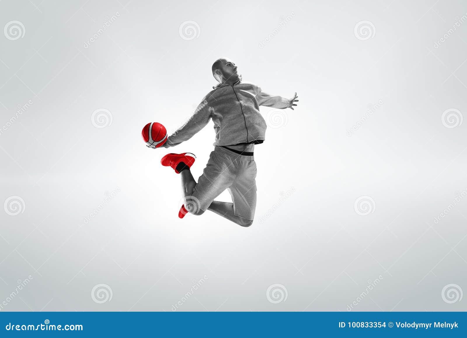 Pełny długość portret gracz koszykówki z piłką