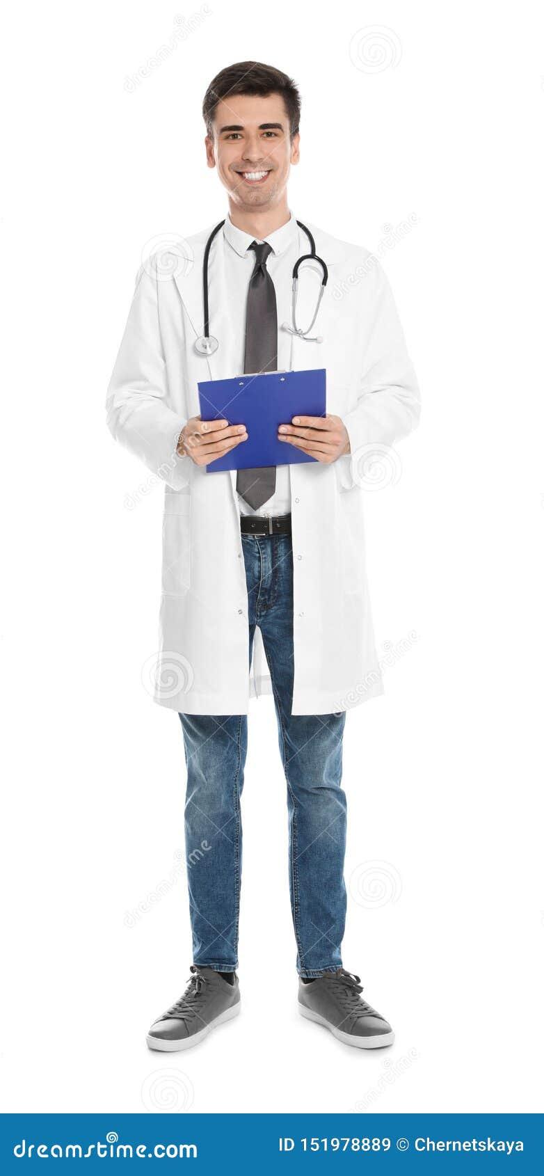 Pełny długość portret lekarz medycyny z schowkiem i stetoskopem odizolowywającymi
