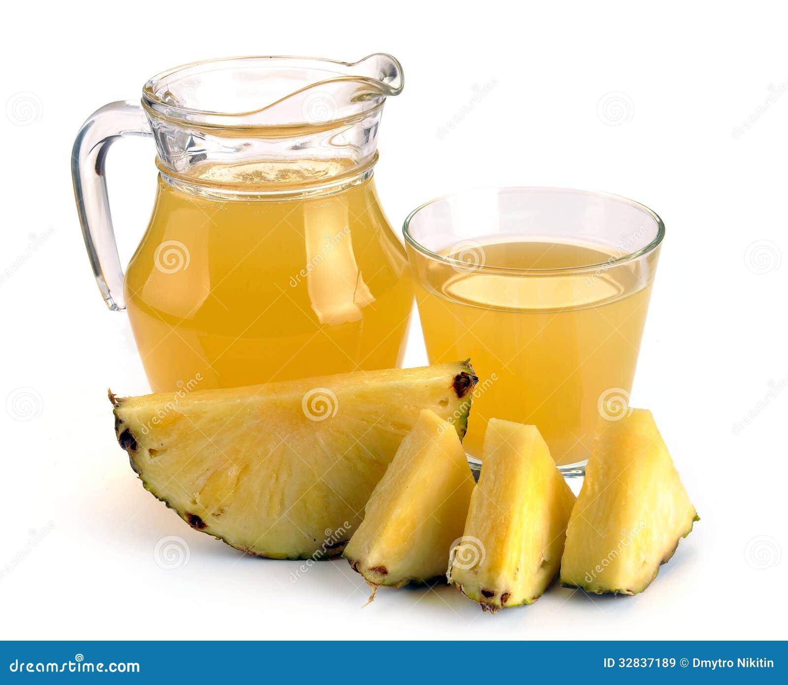 Pełny szkło i dzbanek ananasowy sok