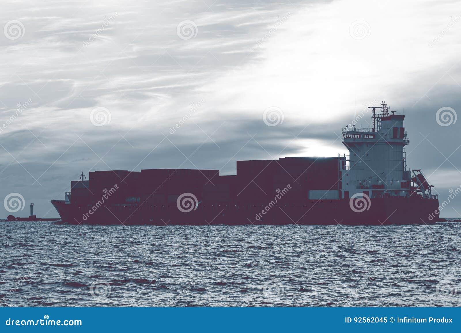 Pełny zbiornika statek