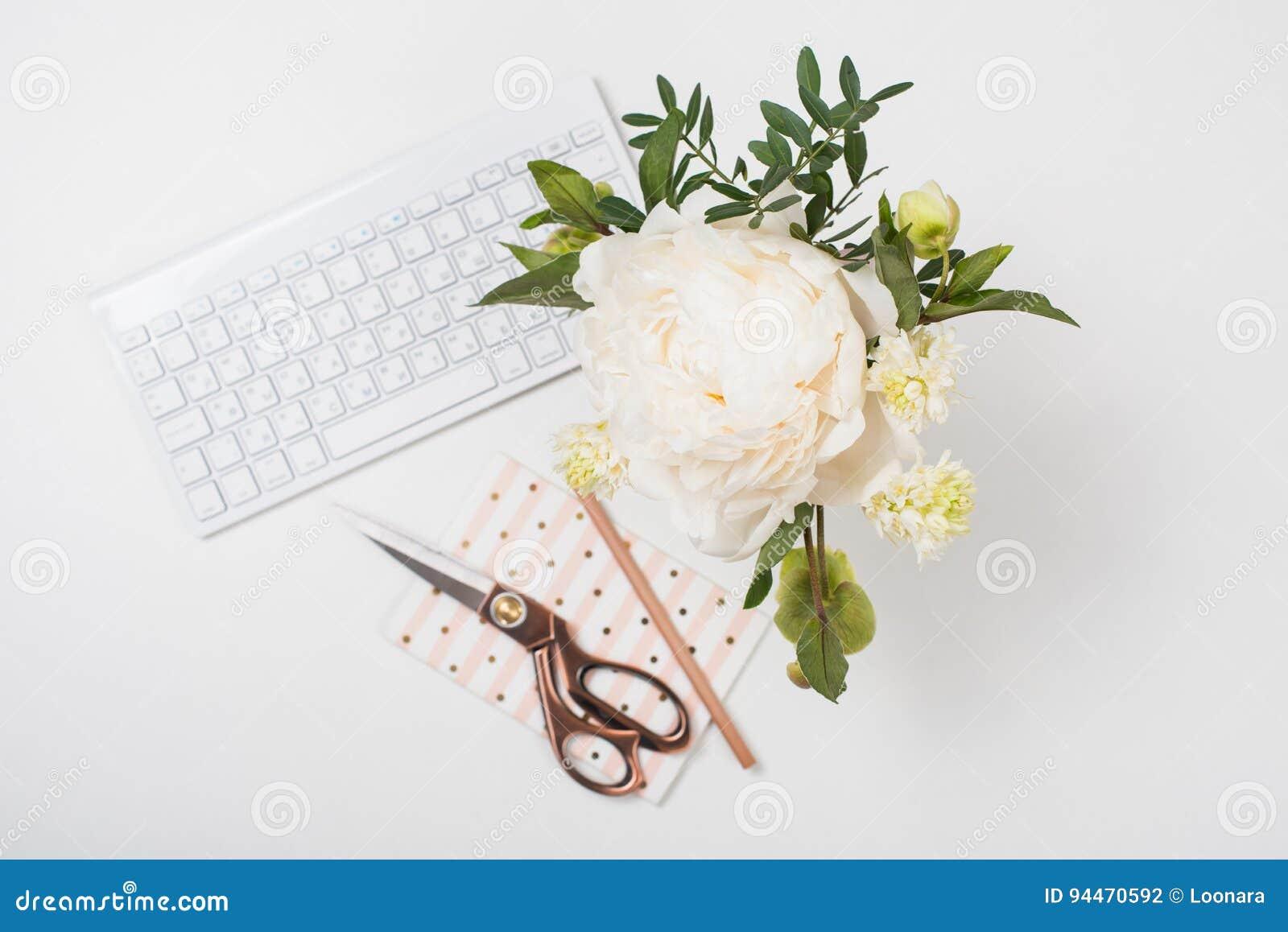 A peônia branca floresce no close up do fundo da tabela de trabalho, bloggers w