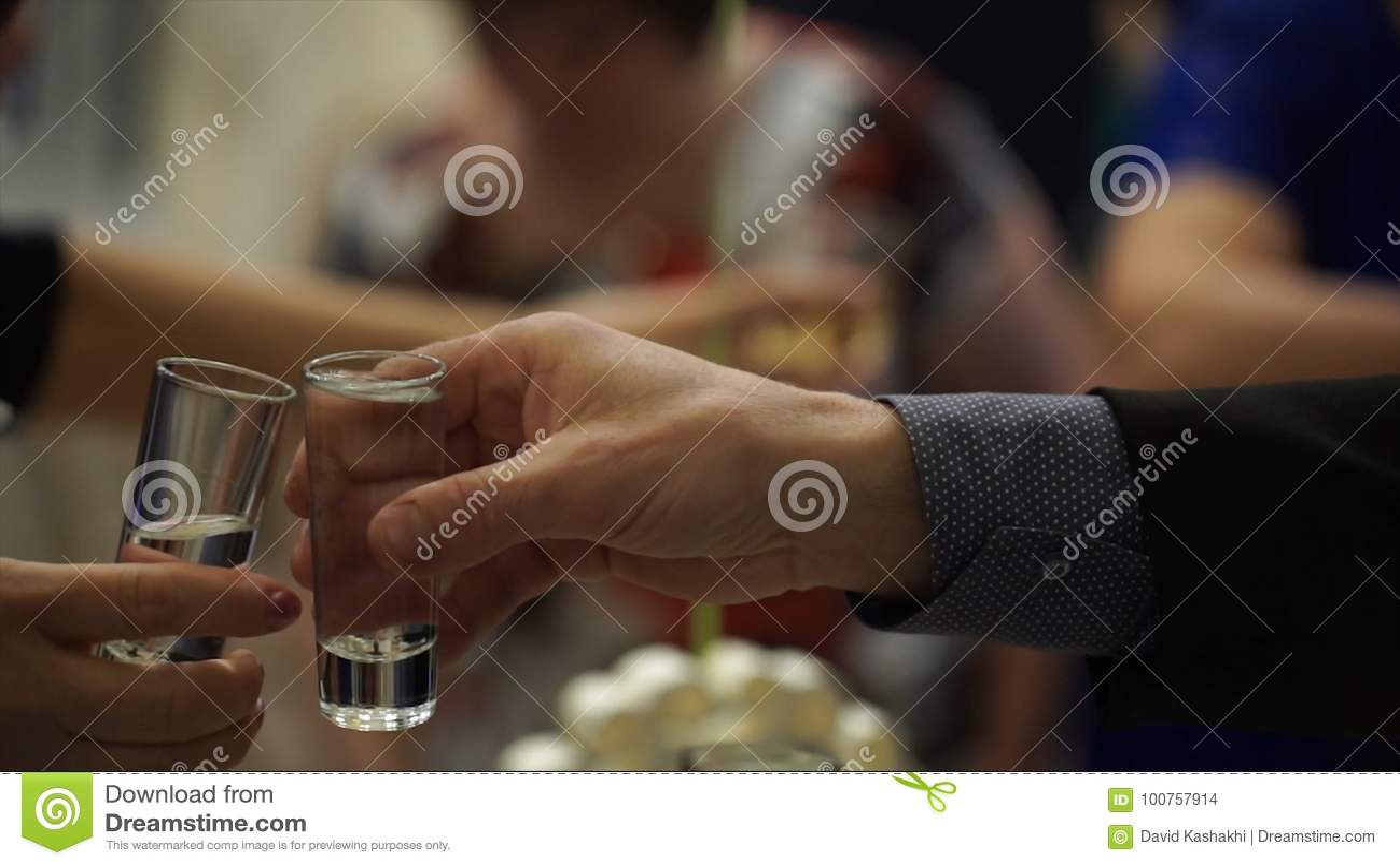 Peaople på parti- eller bröllopjublen med skottexponeringsglas Vänner som rostar med skottexponeringsglas vänner grupperar lyckli