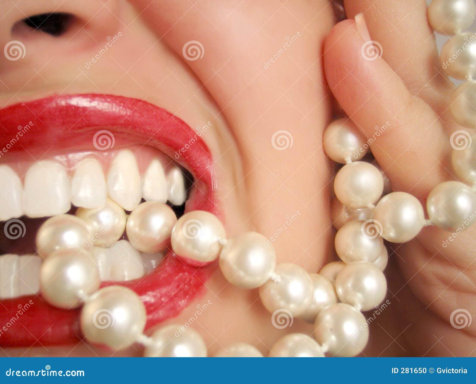Pearly vita stryketänder
