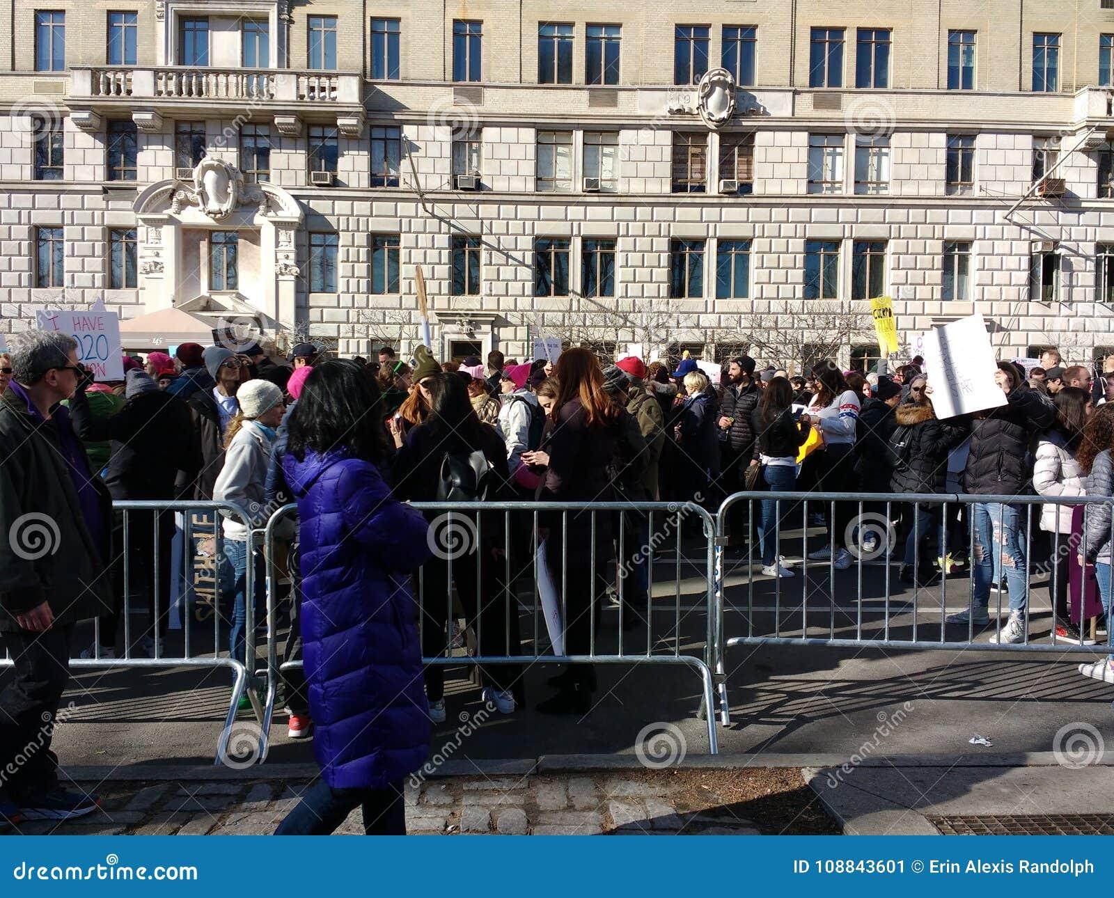 Peatones y manifestantes, ` s marzo, Central Park del oeste, NYC, NY, los E.E.U.U. de las mujeres