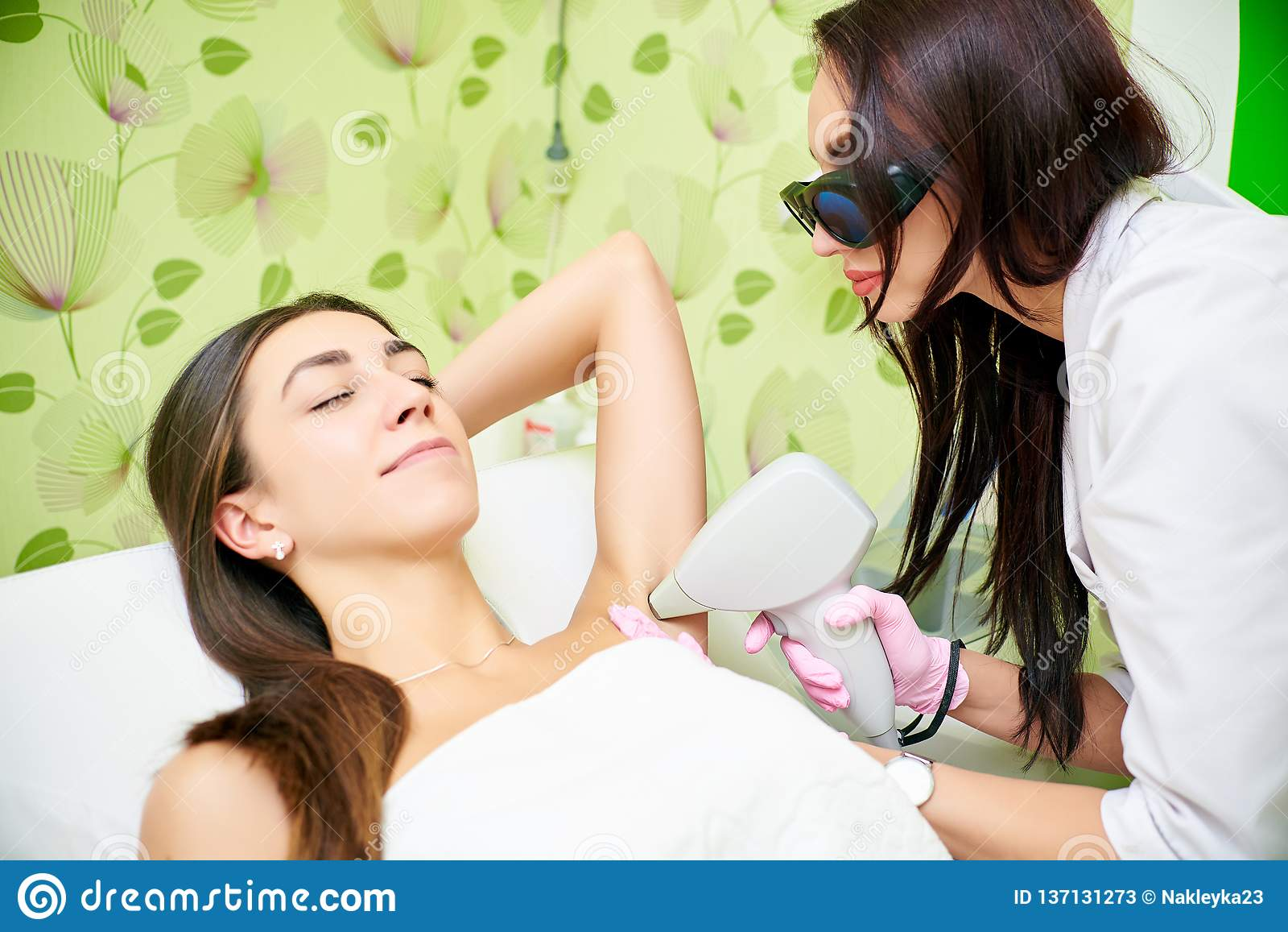 Peau lisse sous les bras Femme sur l épilation de laser, soin de corps Épilation pour les aisselles de laser