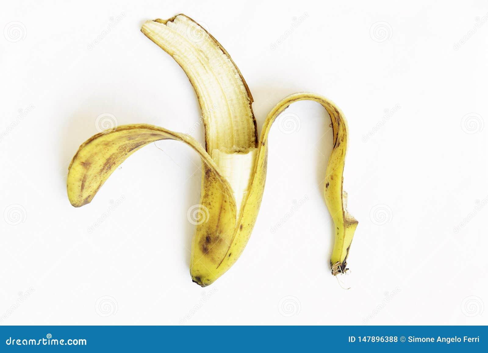 Peau mûre jaune et noire de déchets de banane