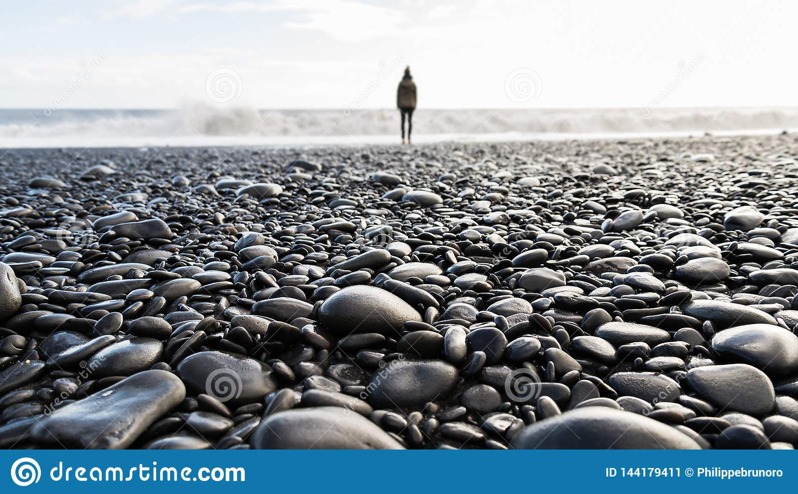 Pebble Beach con una situación borrosa de la persona en el fondo
