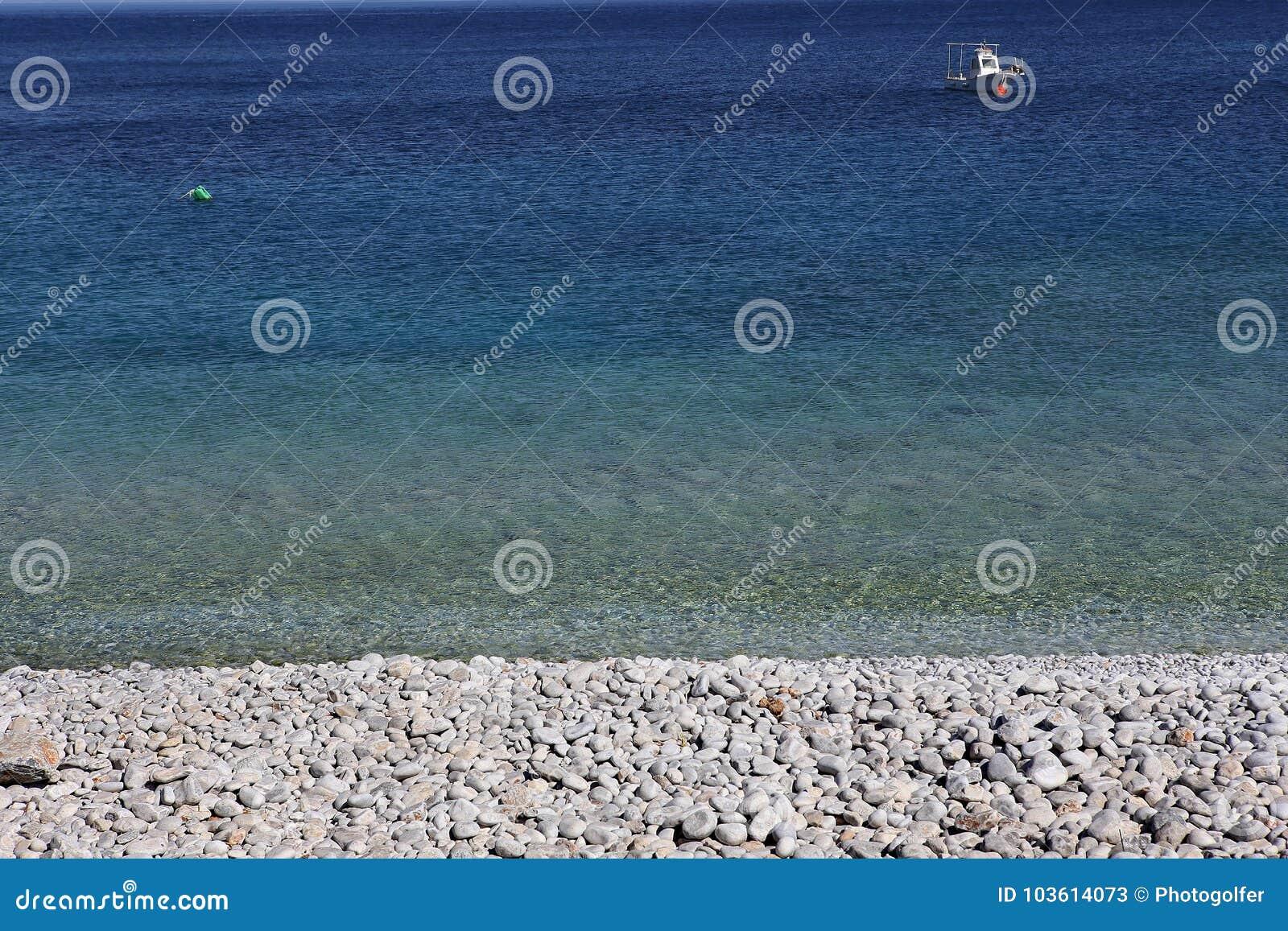 Pebble Beach de village de Kokkala, Péloponnèse, Grèce