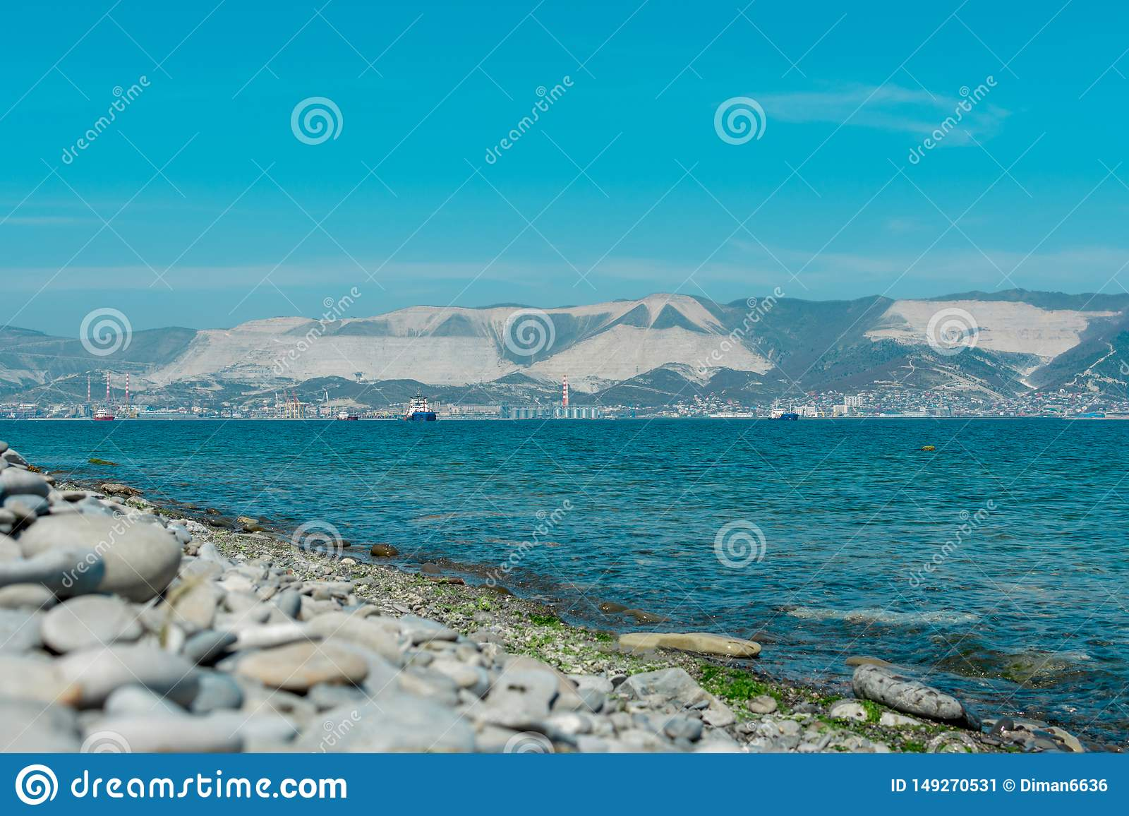 Pebble Beach an einem Sommertag, Berge und Meer auf dem Hintergrund, Hafen von Novorossiysk