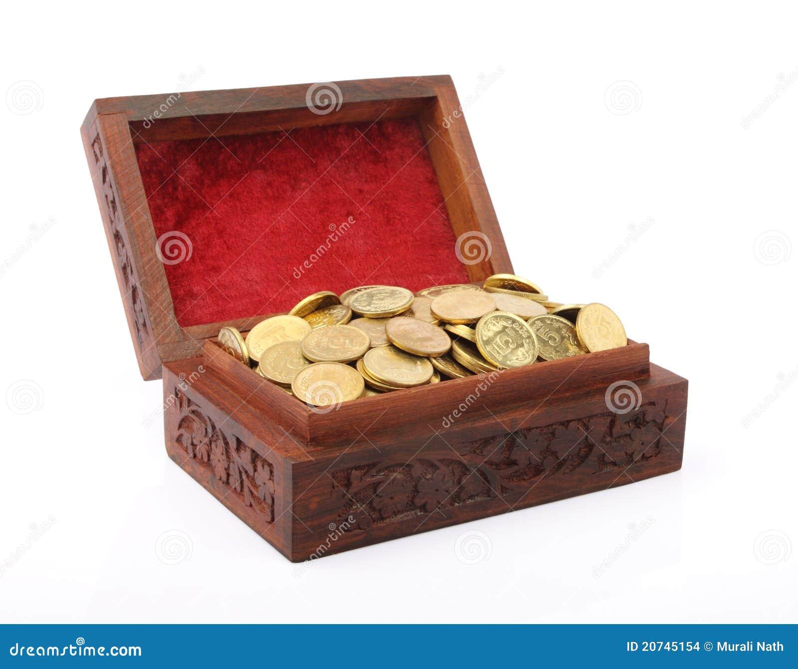 Pecho cargado con las monedas de oro indias