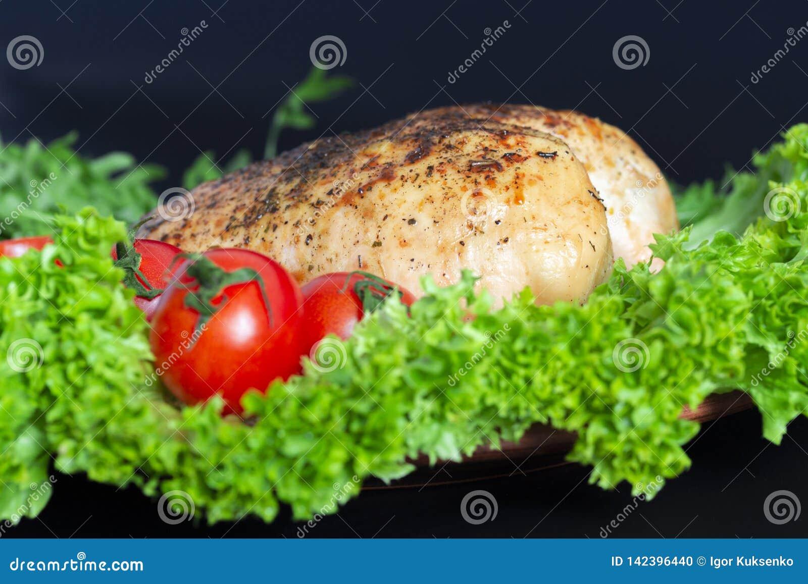 Pechuga de pollo en las hojas de la lechuga con los tomates y los huevos de codornices