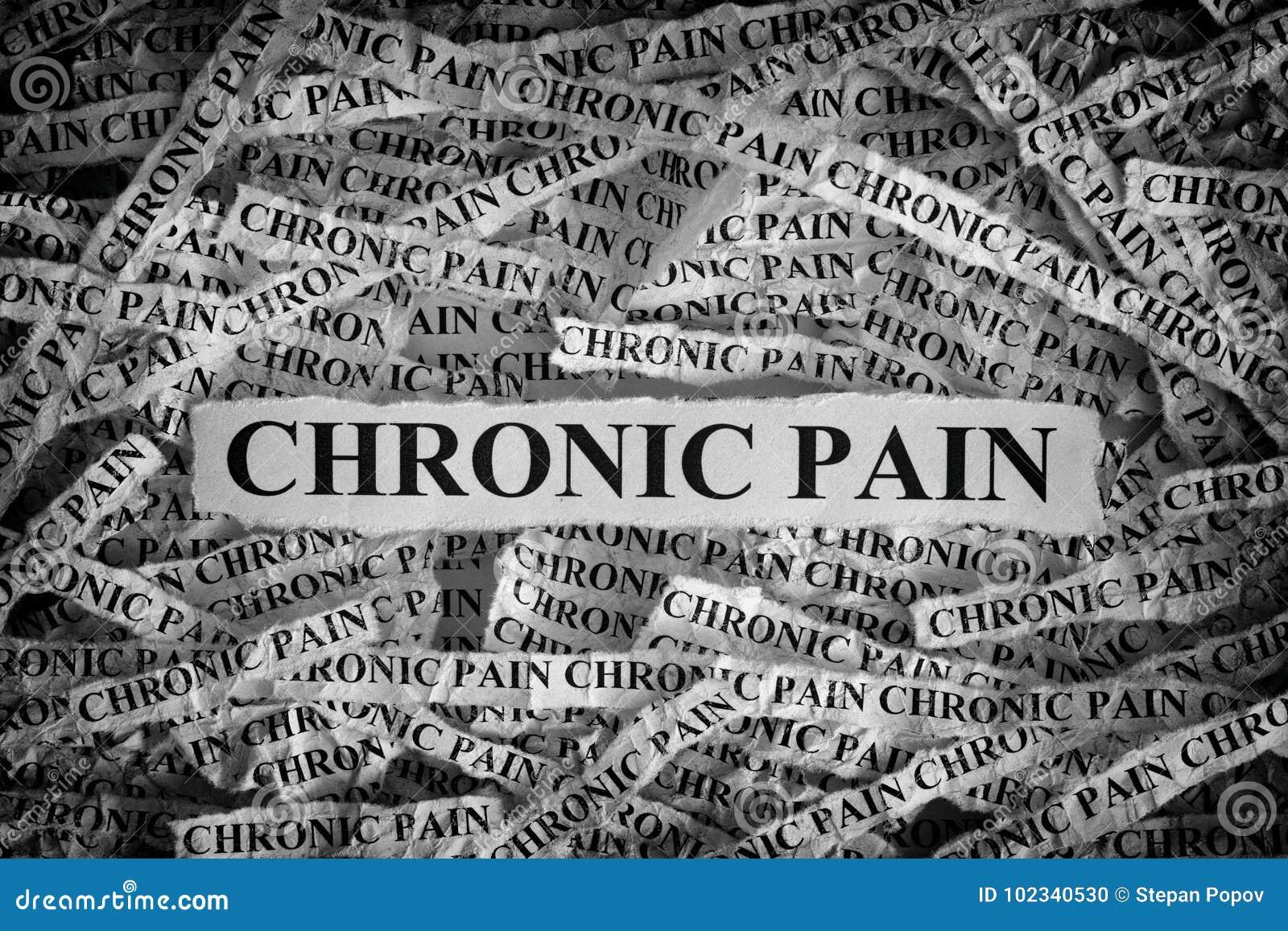 Pedaços de papel rasgados com a dor crônica das palavras