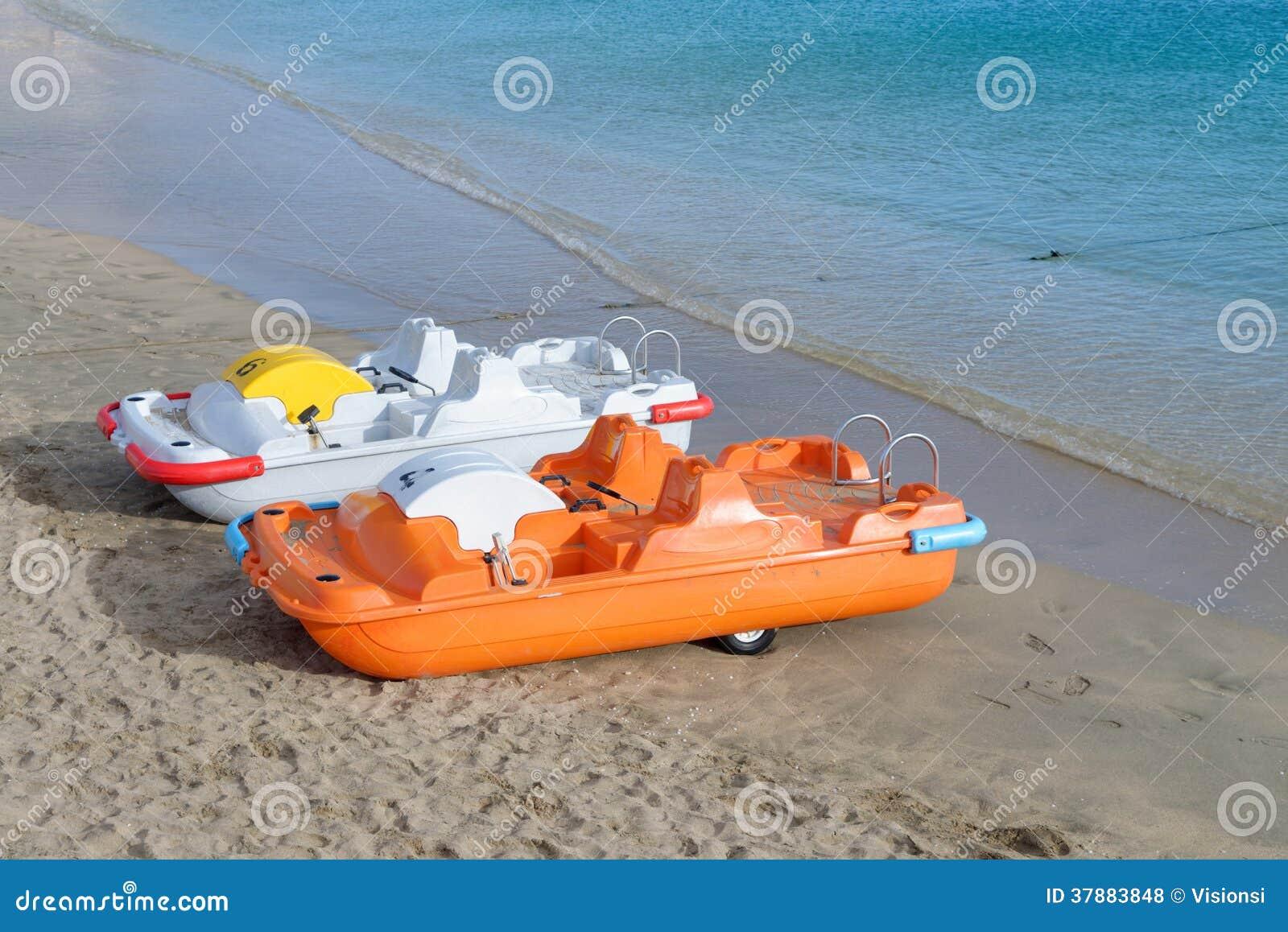 Pedaalboten voor huur op het blauwe overzees