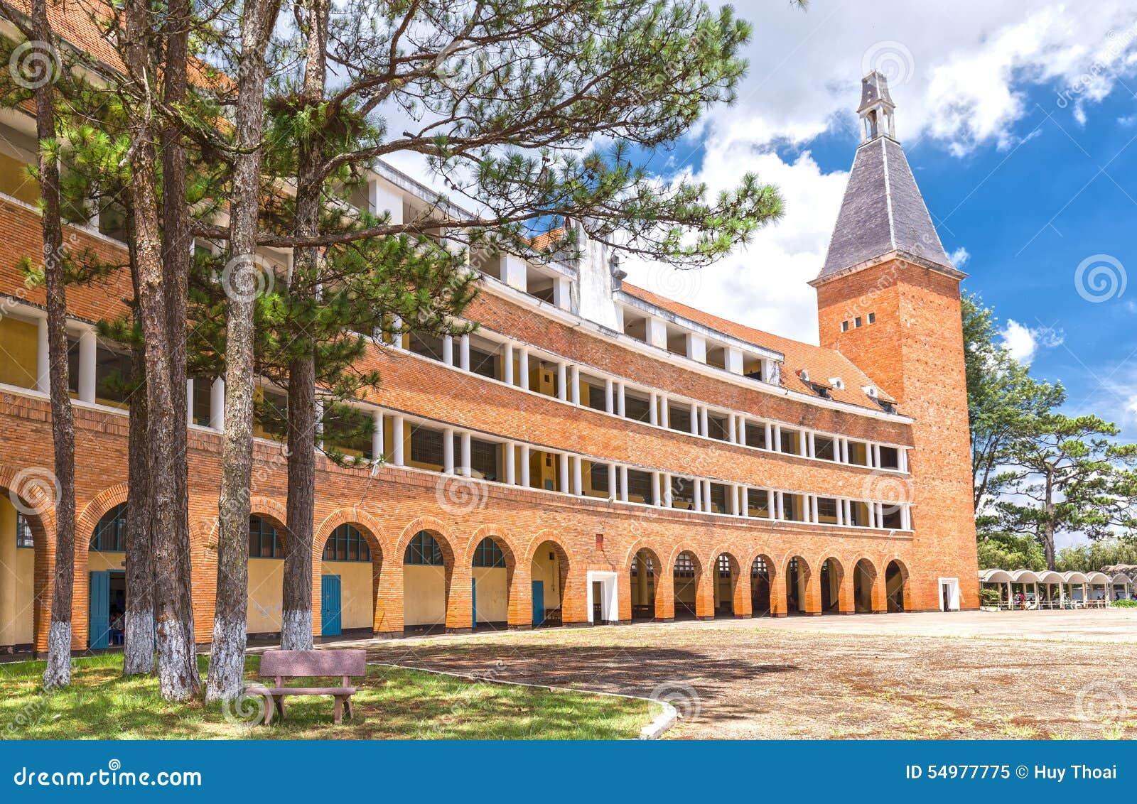 Pedagogiska högskolor Dalat med härlig gammal arkitektur