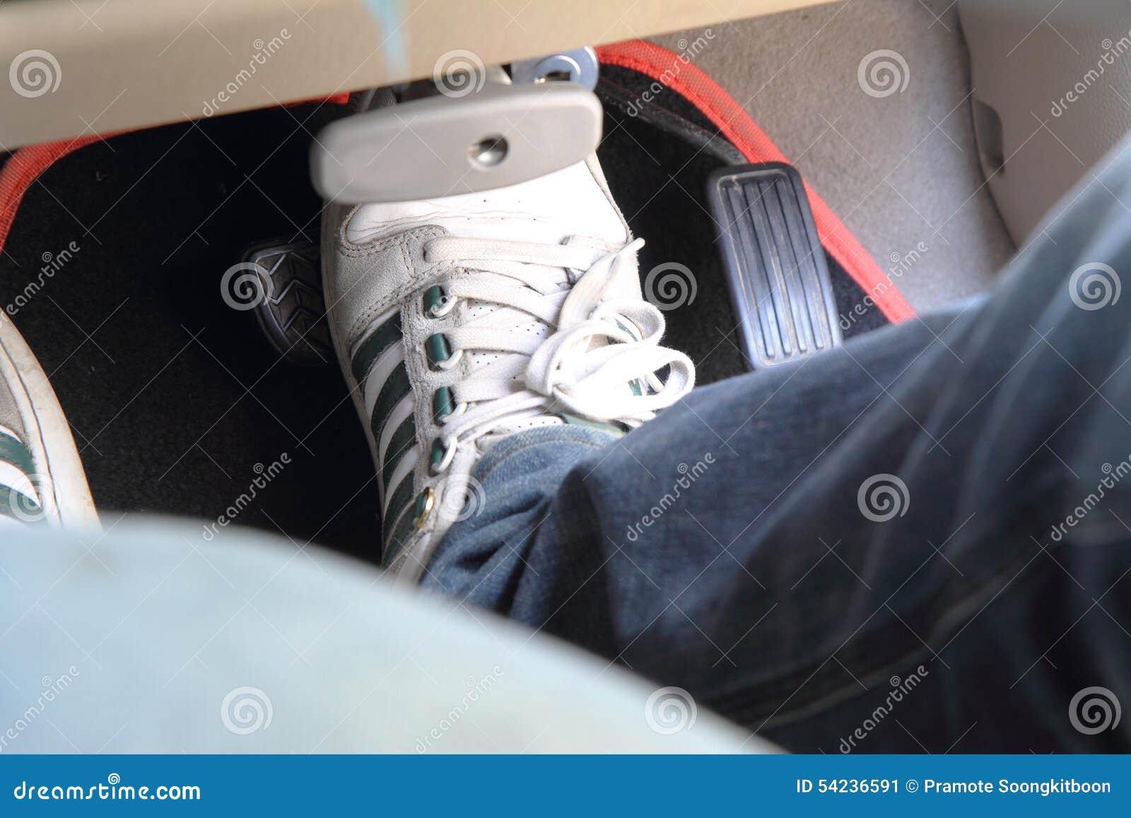 Pedal de la rotura en el coche