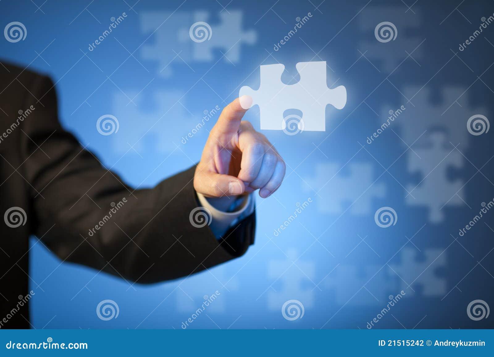 Pedazo abstracto conmovedor del rompecabezas de la mano del hombre de negocios