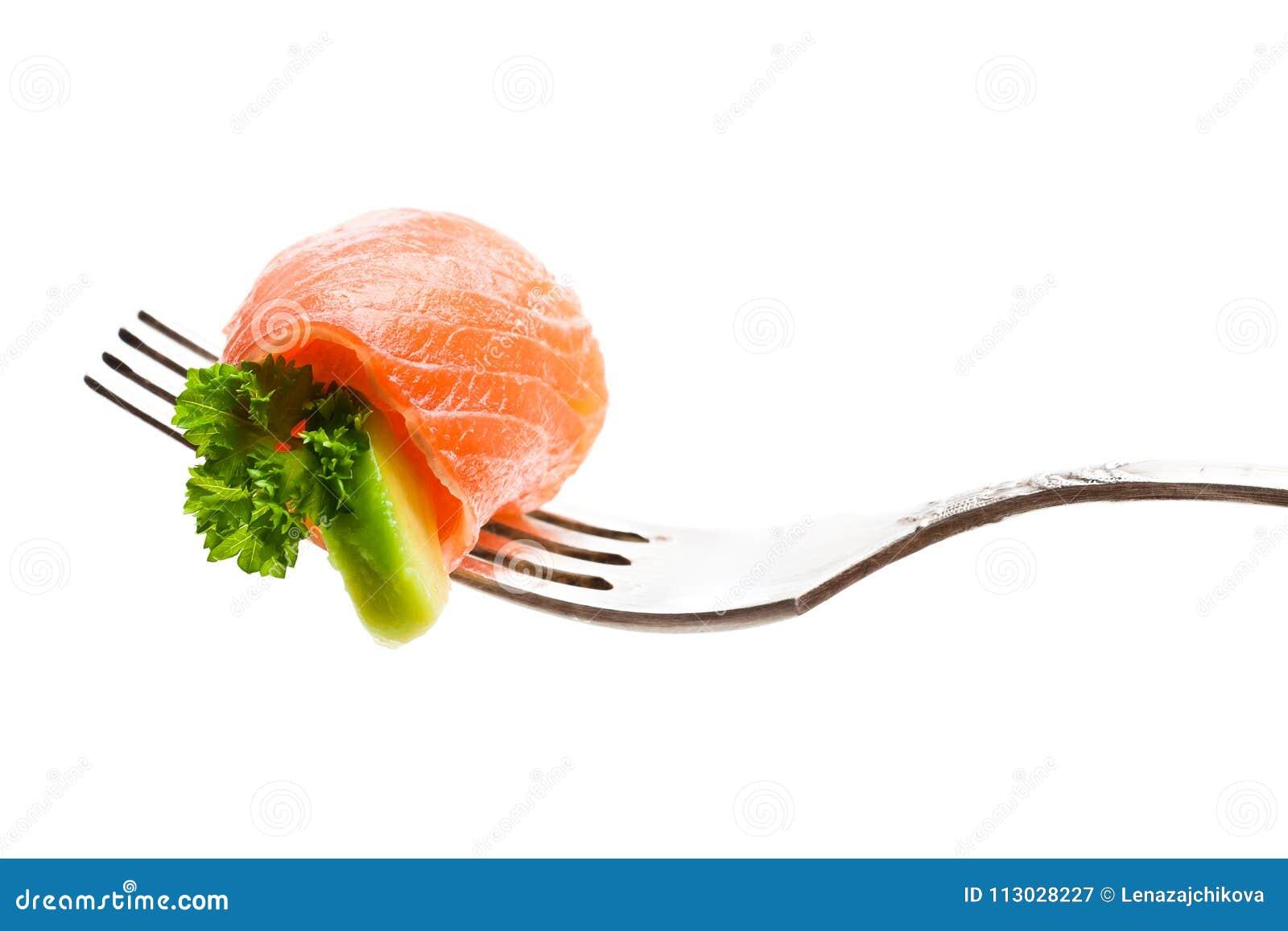 Pedazo de color salmón con el aguacate en la bifurcación aislada en blanco
