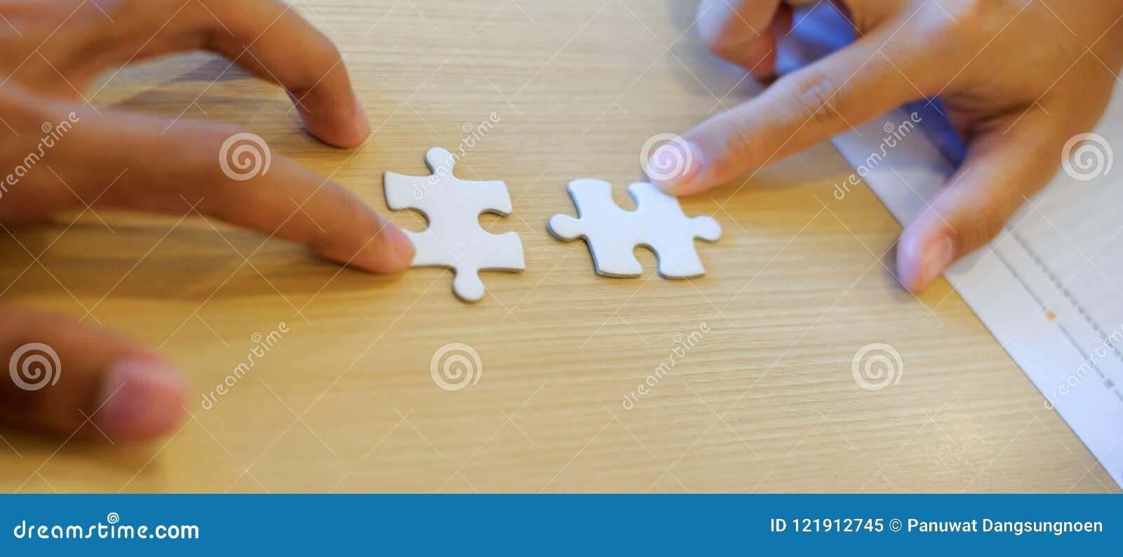 Pedazo de conexión del rompecabezas de los pares de la mano Trabajo en equipo, sociedad, acertada