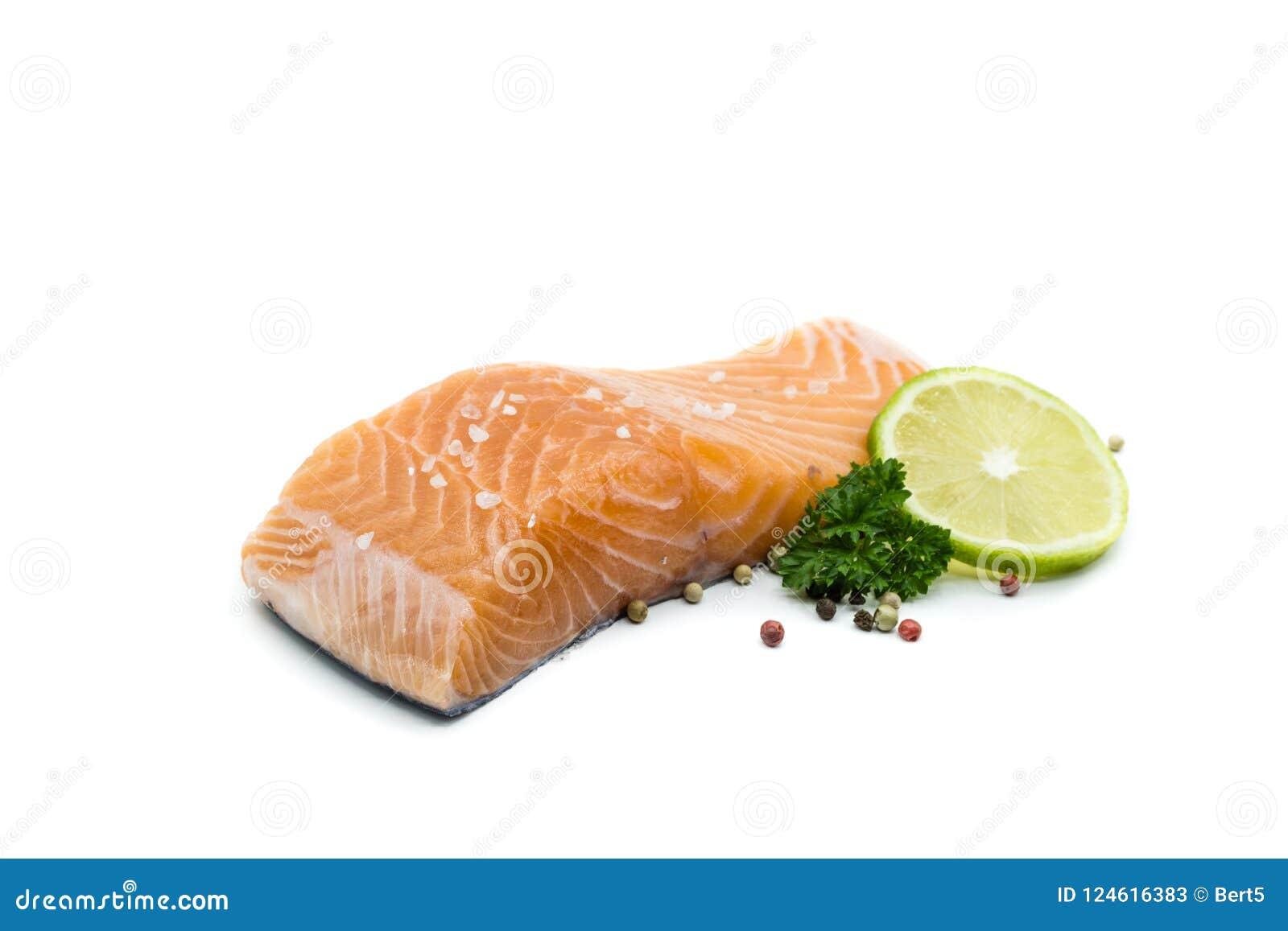 Pedazo de prendedero de color salmón aislado en el fondo blanco