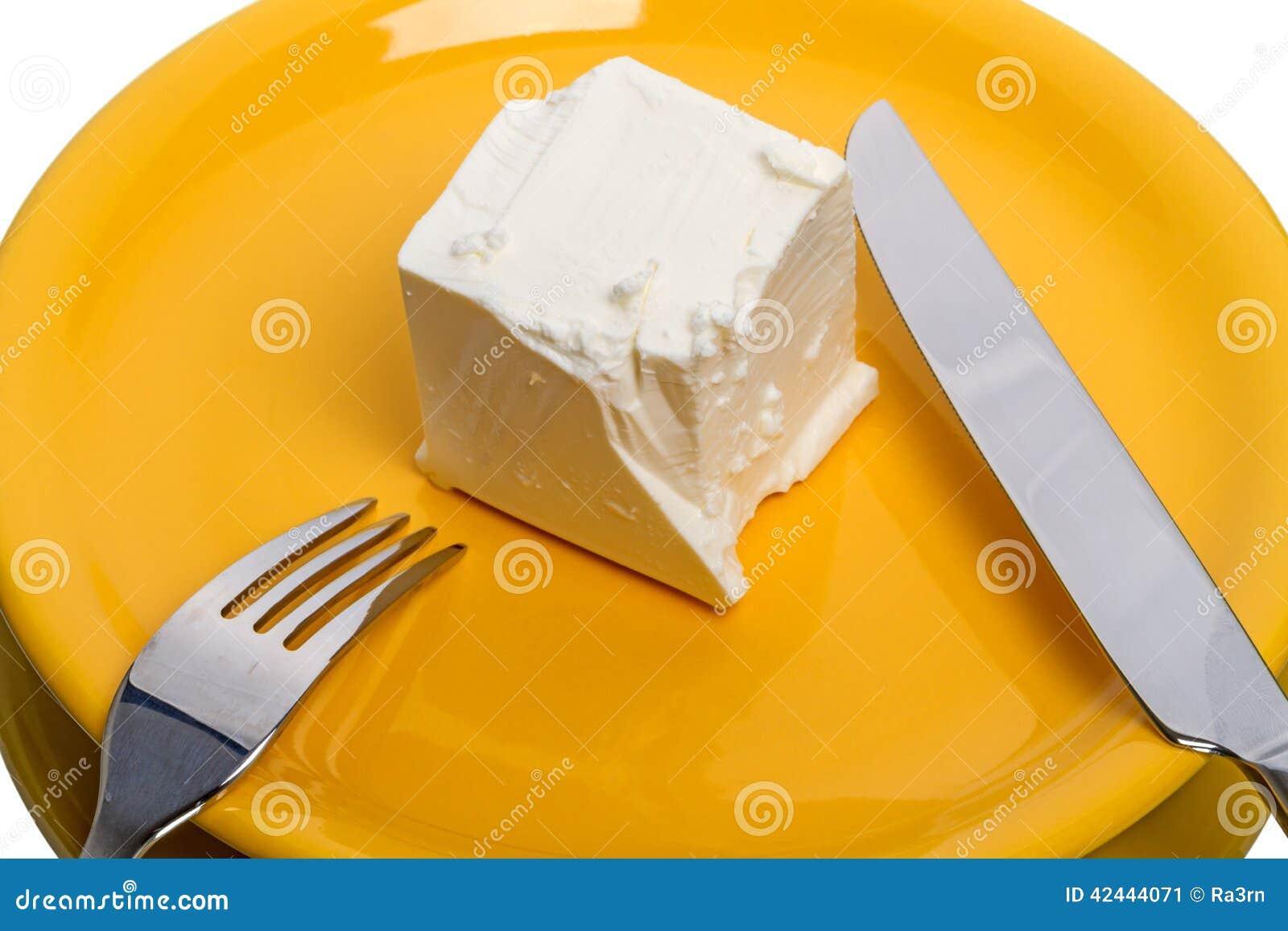 Pedazo de queso en la placa