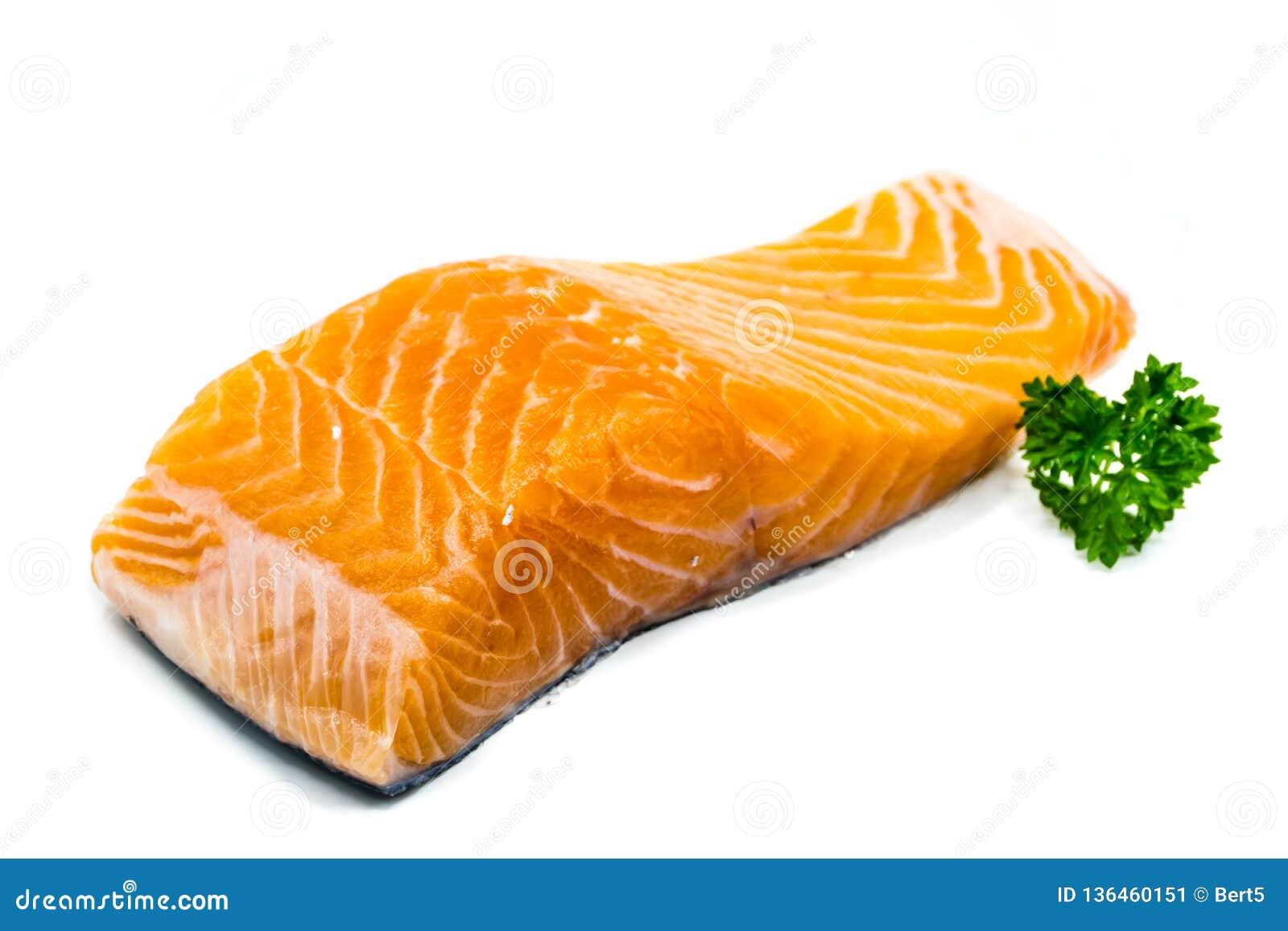 Pedazo de salmones crudos aislados en el fondo blanco