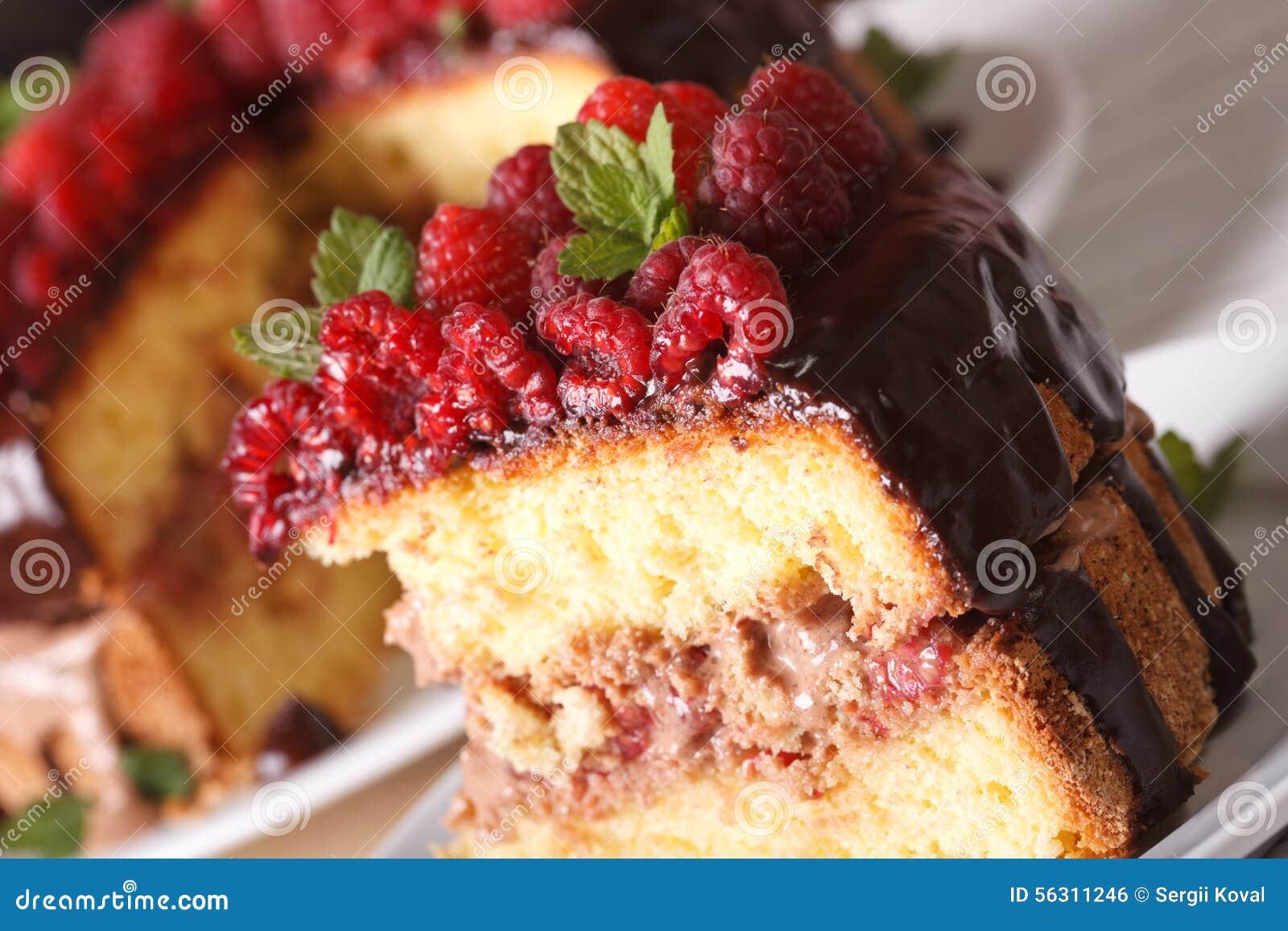 Pedazo delicioso de torta de la frambuesa en una macro de la placa horizontal
