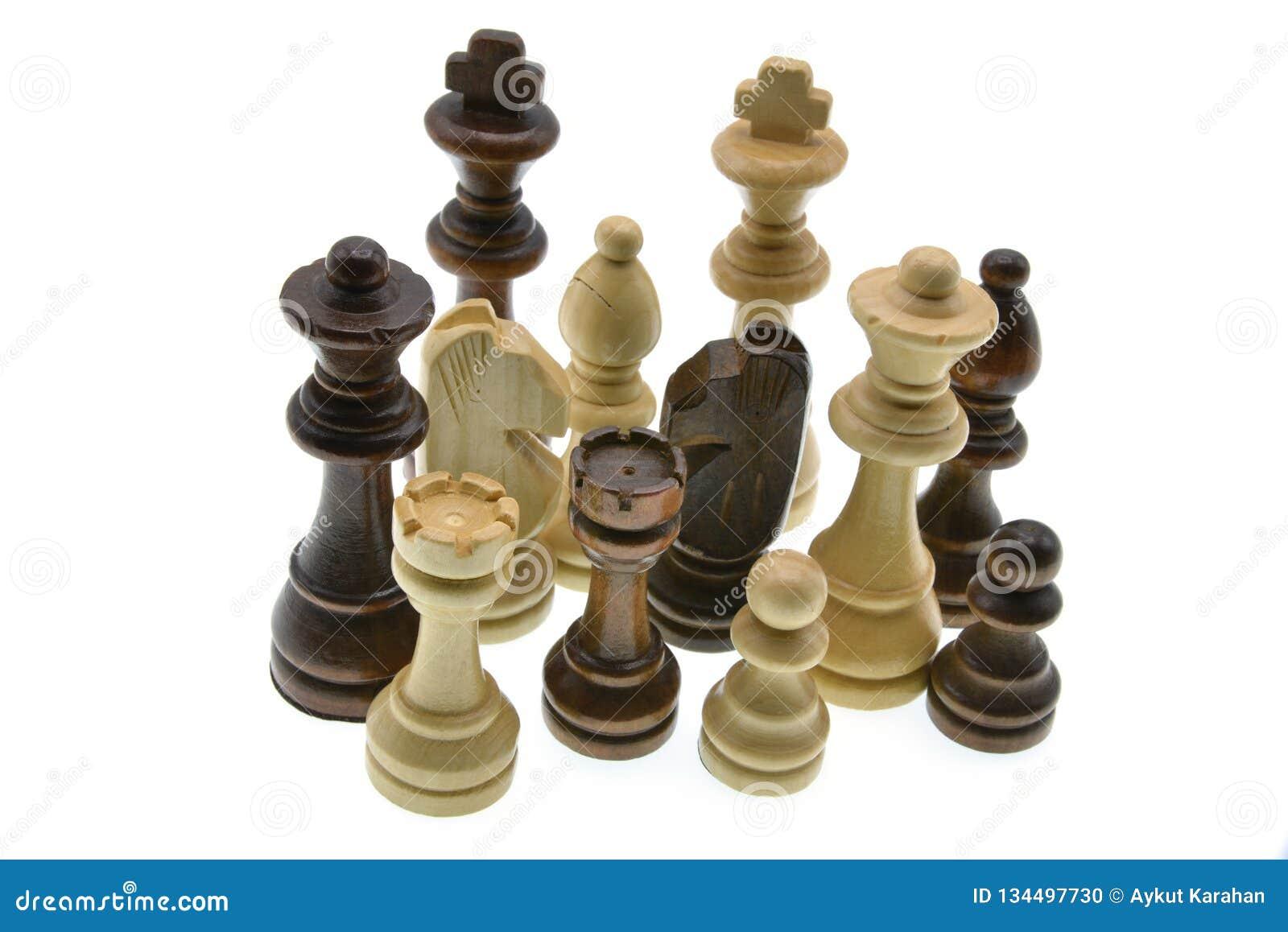Pedazos de ajedrez aislados en el fondo blanco