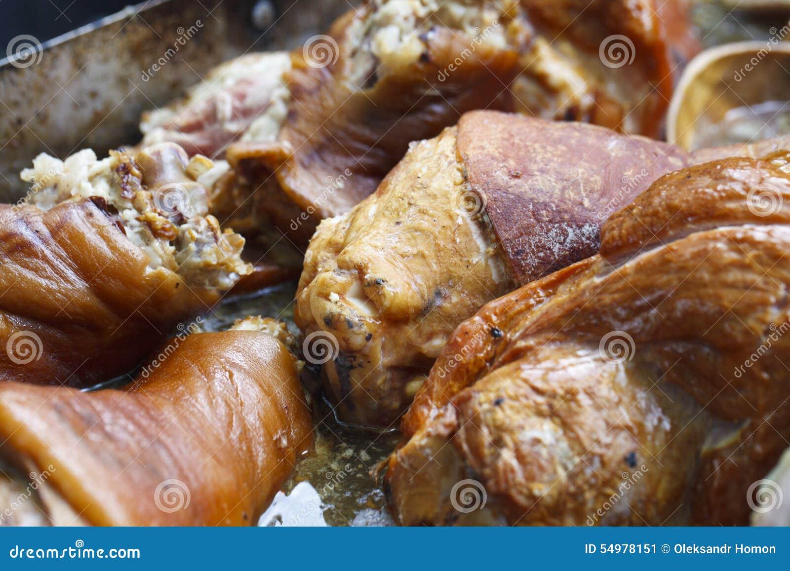 Pedazos de carne jugosos en aceite