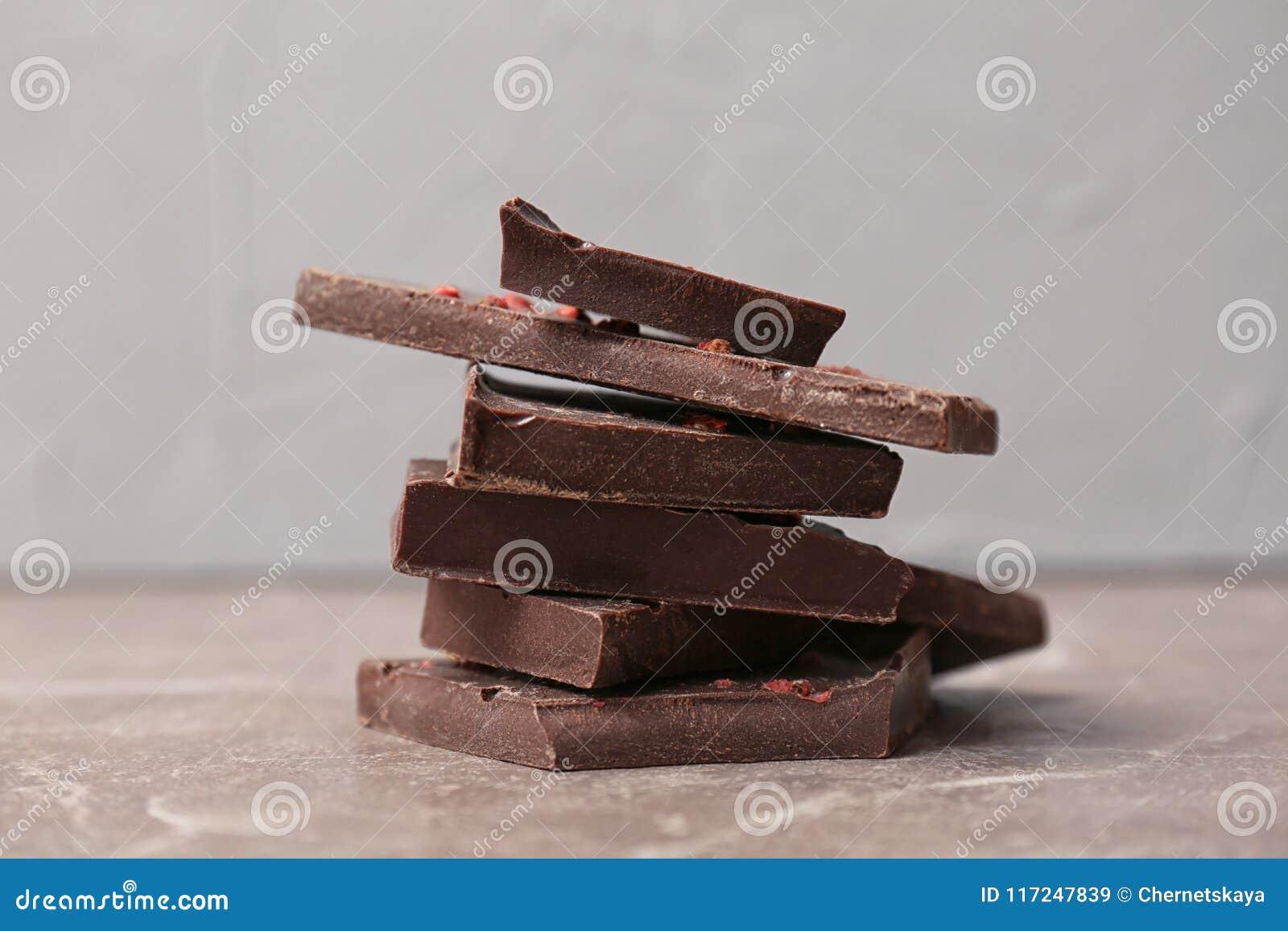 Pedazos de chocolate oscuro delicioso