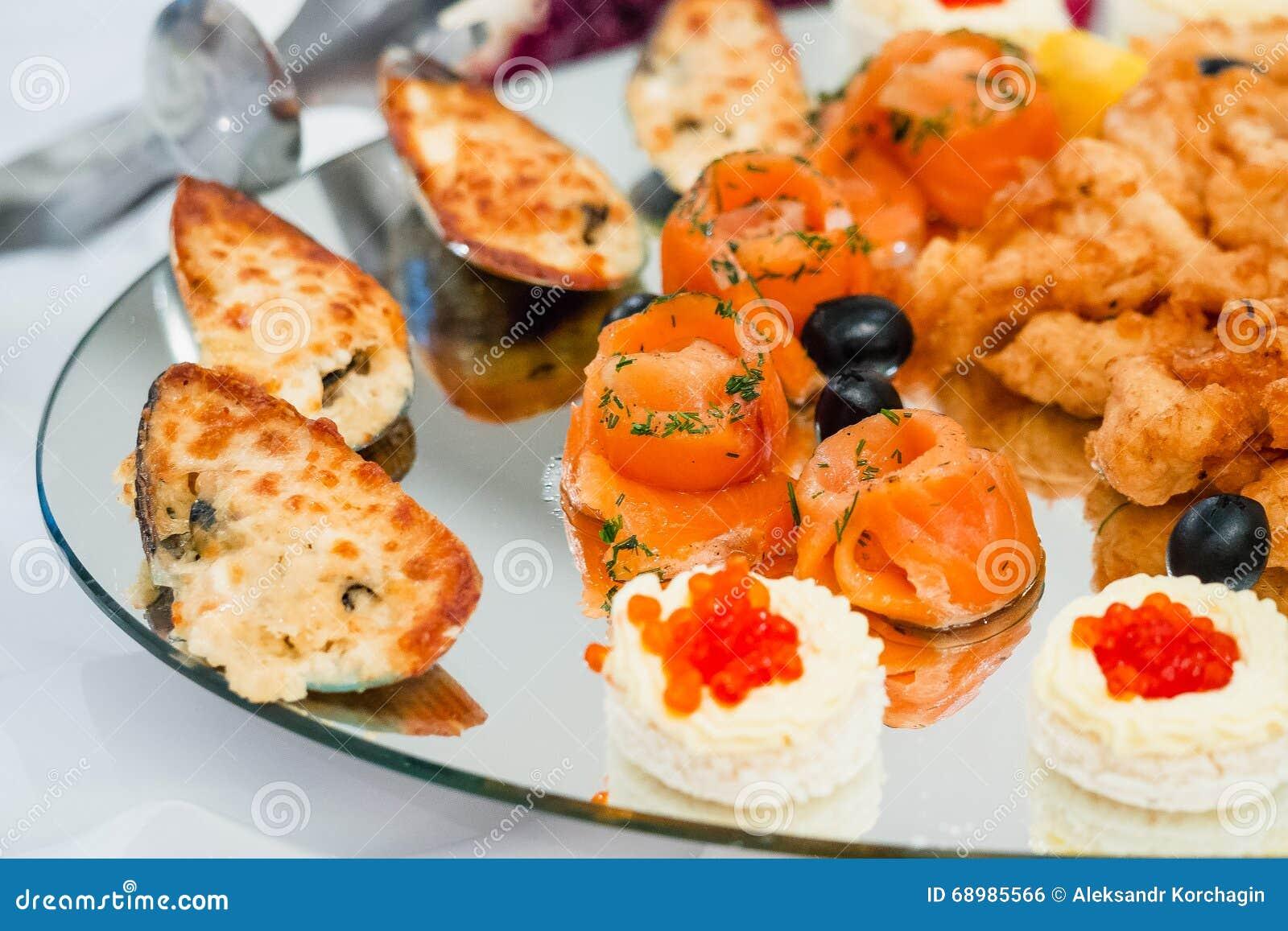 Pedazos de salmones y de mejillones cocinados rojo