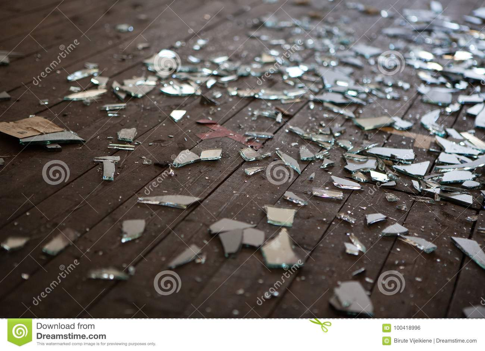 Pedazos de vidrio o de espejo roto