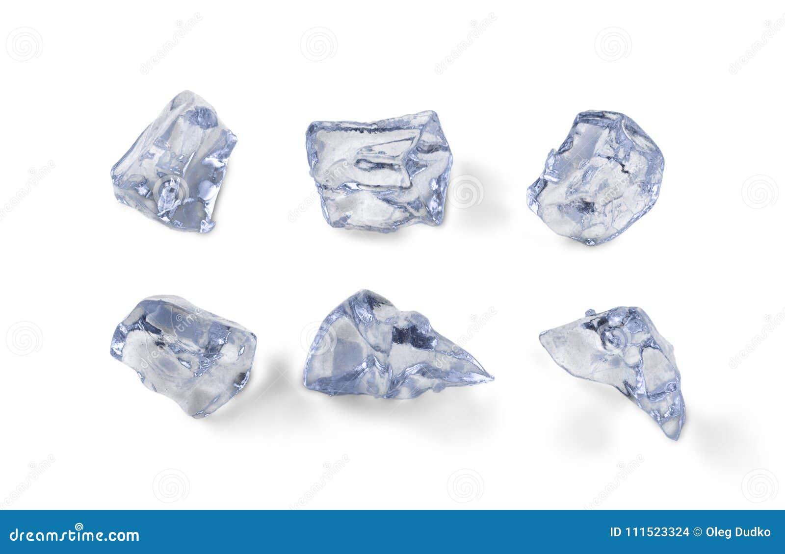Pedazos del hielo aislados en el fondo blanco